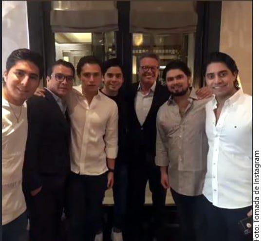 Alejandro Peña (segundo der. a izq.), hijo del ex Presidente Enrique Peña Nieto, aparece junto a un grupo de amigos y entre ellos, se ve al cantante Luis Miguel.