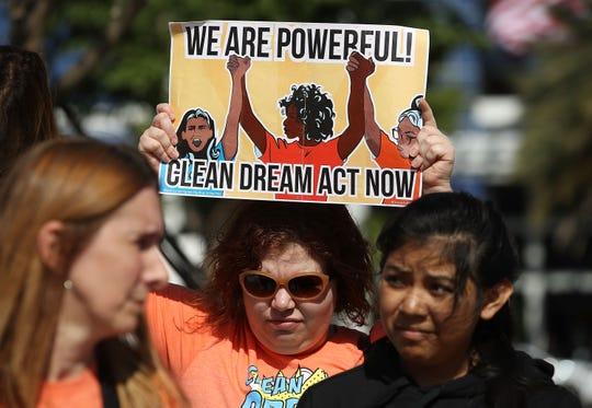 Estudiantes realizan una protesta en contra de la política migratoria de Donald Trump.