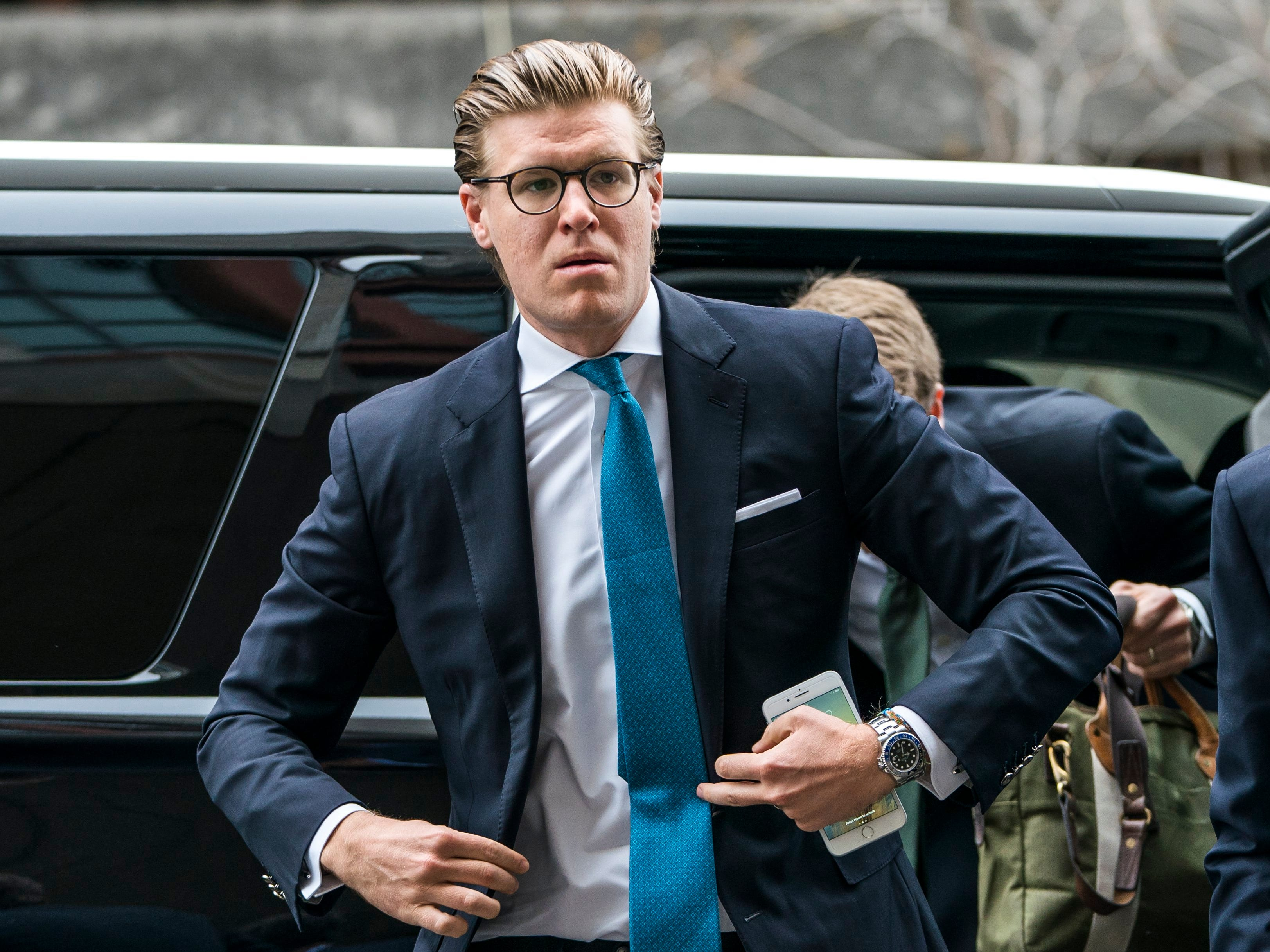 epa06643143 Lawyer  Alex Van Der Zwaan walks into the DC Federal Courthouse before hearing his sentence for making false statements to federal investigators in Washington, DC, USA, 03 April 2018. Van Der Zwaan, the son-in-law of a Ukrainian-Russian oligarch, is a target in Special Counsel Robert Mueller's investigation into Russian interference in US presidential elections.  EPA-EFE/JIM LO SCALZO ORG XMIT: JJL01