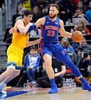 Pistons' Blake Griffin drives around Bucks' Ersan Ilyasova in the first quarter.