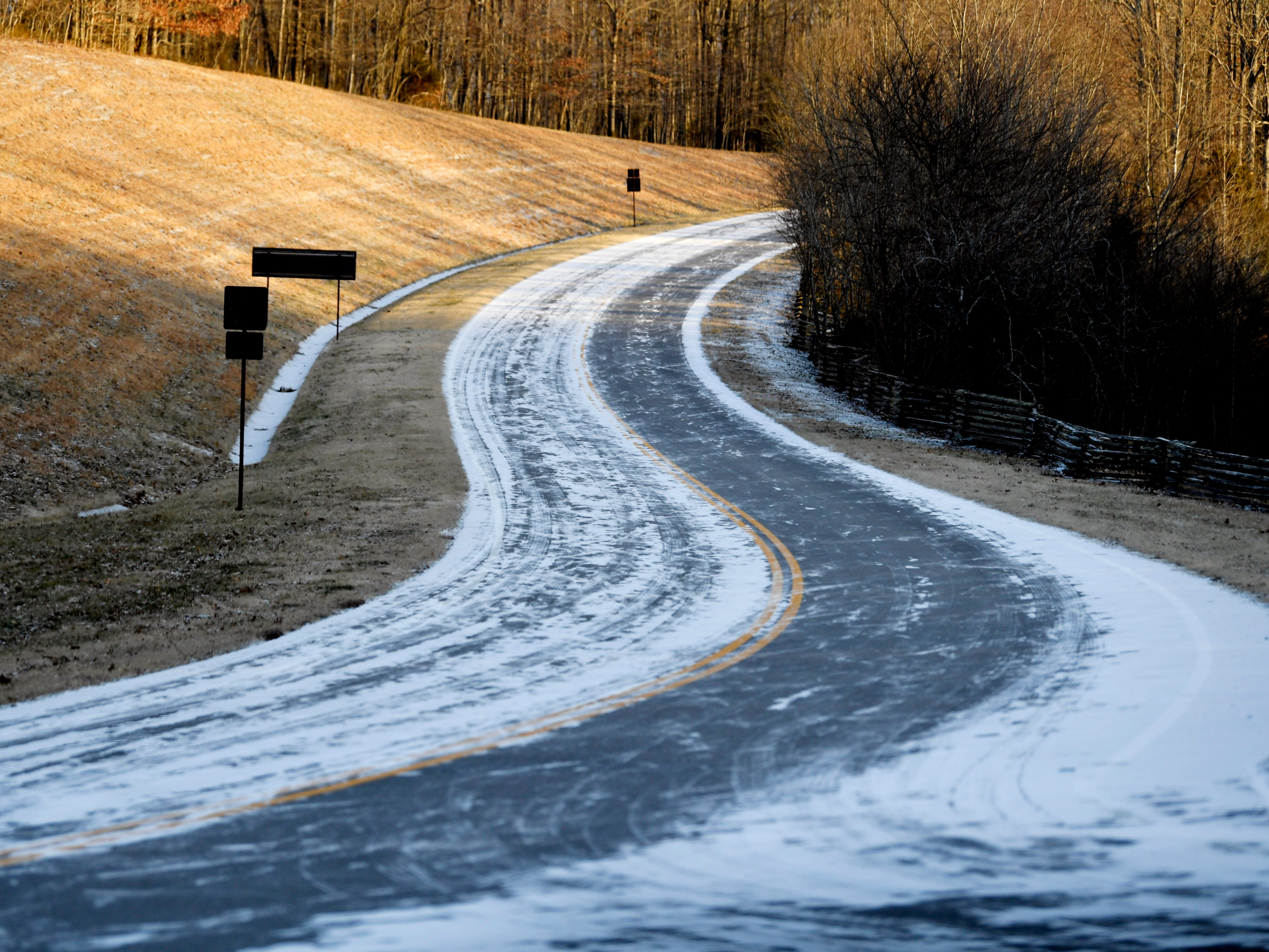 Snows covers the road on the Natchez Trace Parkway after a dusting hit Middle Tennessee Wednesday, Jan. 30, 2018.