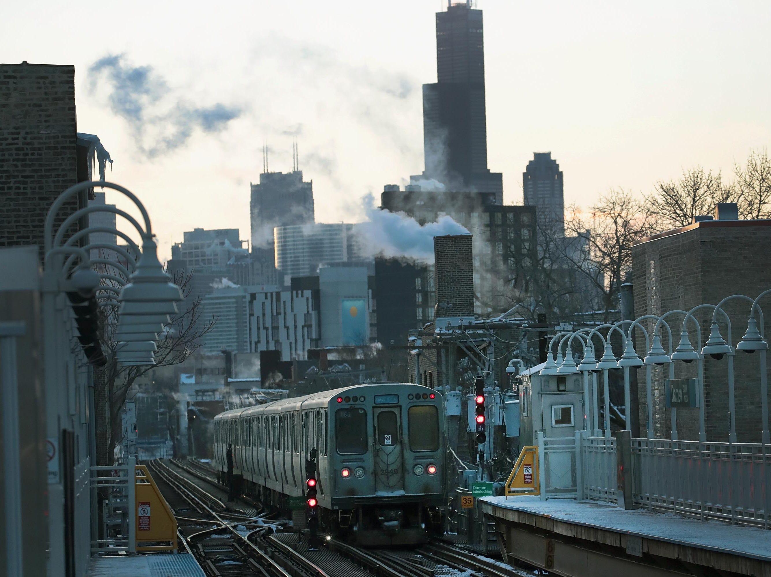 Un tren ligero  viaja hacia el centro de la ciudad en temperaturas bajo cero el 30 de enero de 2019 en Chicago, Illinois.