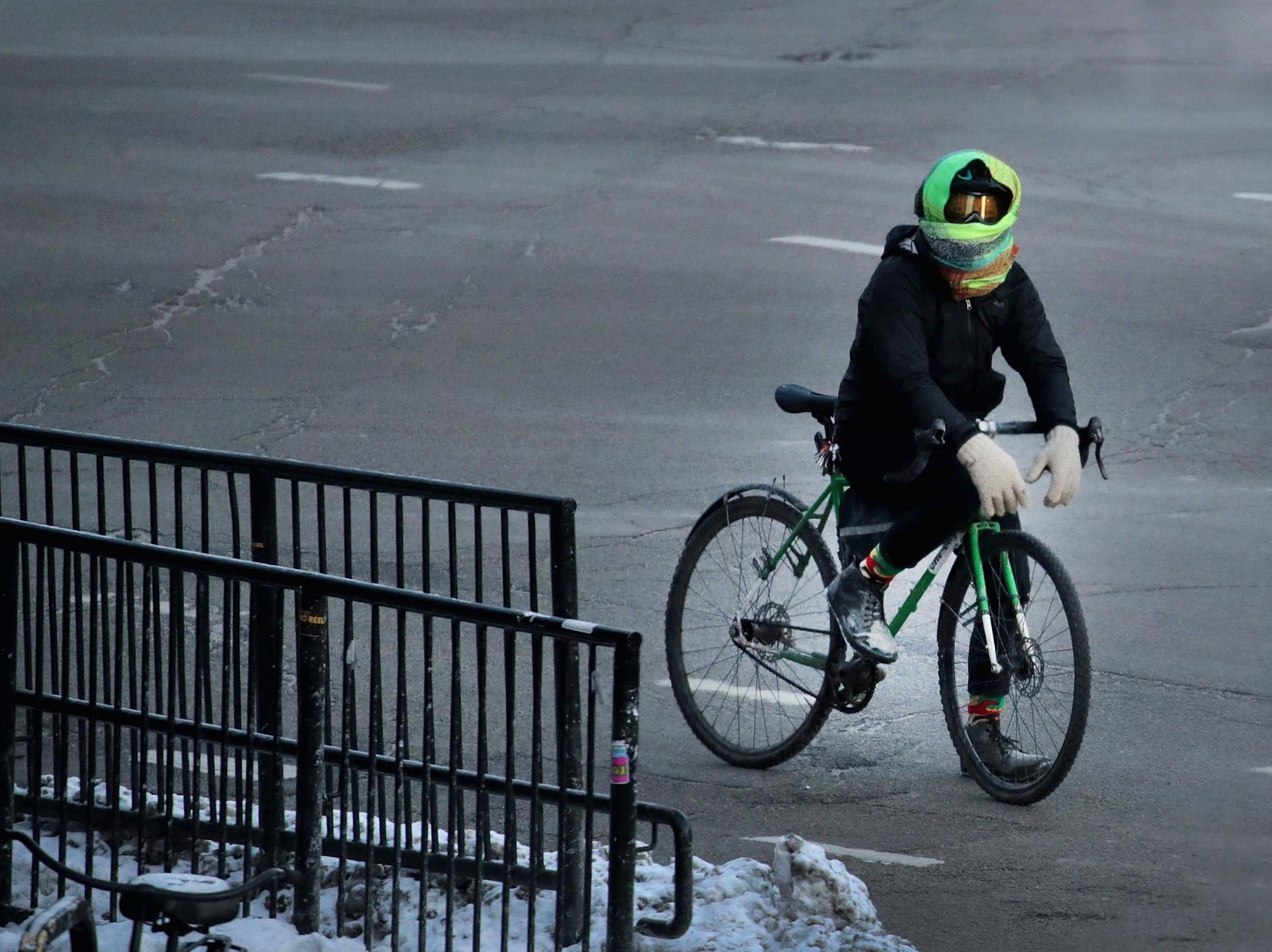 Un ciclista espera para que cambie un semáforo el 30 de enero de 2019 en Chicago, Illinois a temperaturas bajo cero.