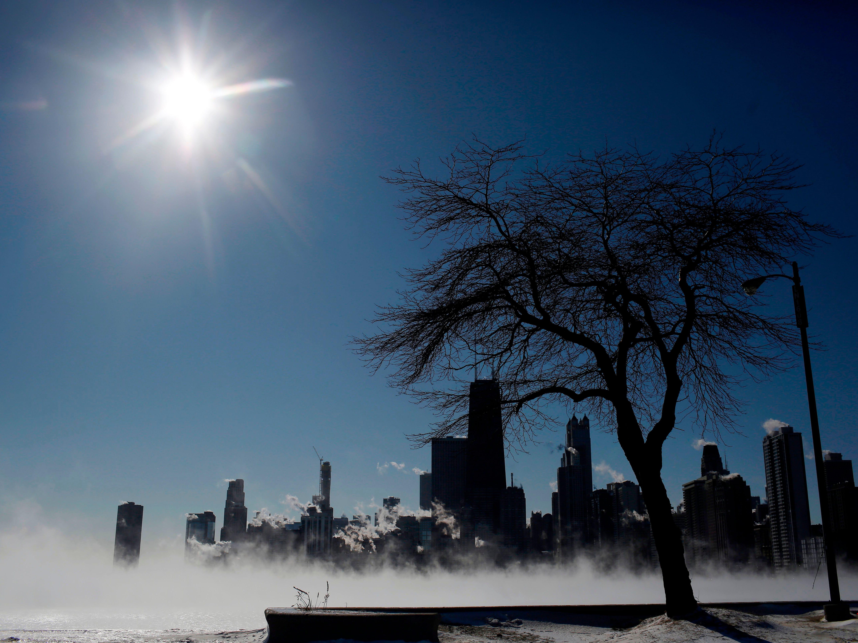 El vapor se cierne sobre el lago Michigan cuando las temperaturas bajaron a -20 grados F (-29 ° C) el 30 de enero de 2019 en Chicago, Illinois.
