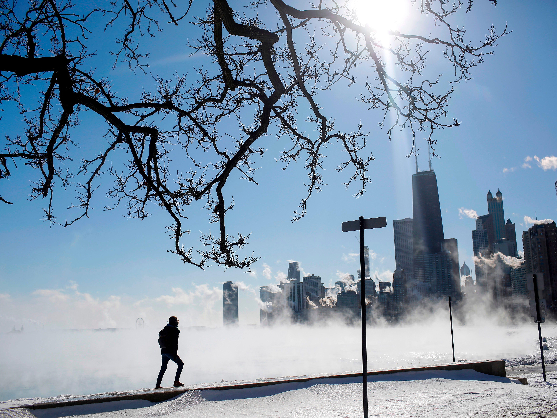 Marius Radoi observa mientras el vapor flota sobre el lago Michigan cuando las temperaturas bajaron a -20 grados F (-29 ° C) el 30 de enero de 2019 en Chicago, Illinois.