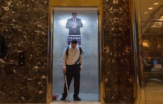 Un empleado de limpieza trabaja en la Torre Trump.