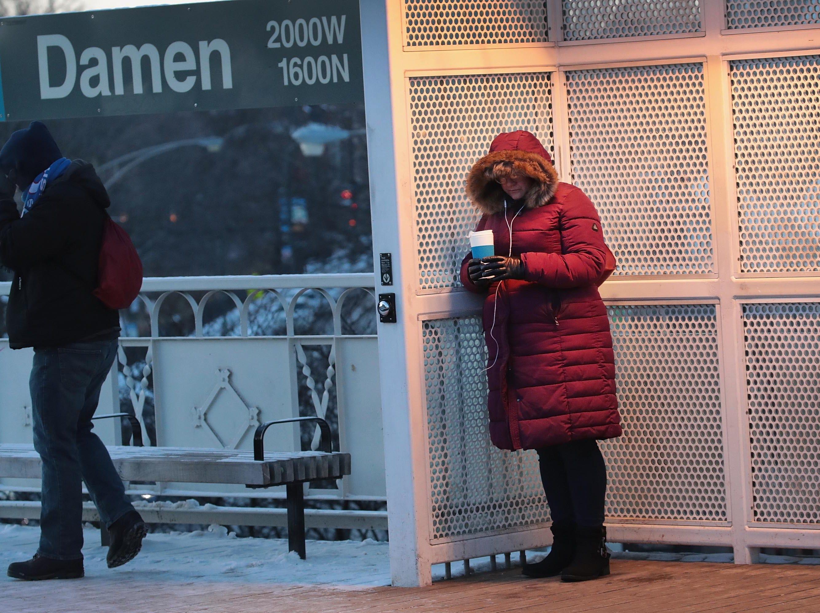 Pasajeros esperan al tren ligero a temperaturas bajo cero el 30 de enero de 2019 en Chicago, Illinois.