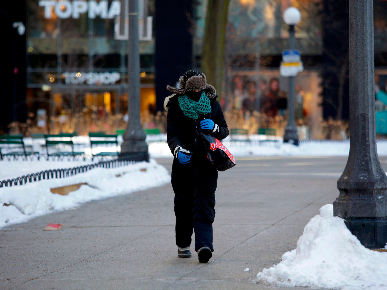 Los pasajeros esperan el tren de la línea Brown en la estación Belmont cuando las temperaturas bajaron a -22 grados Fahrenheit (-30 grados Celsius), el 30 de enero de 2019 en Chicago, Illinois.