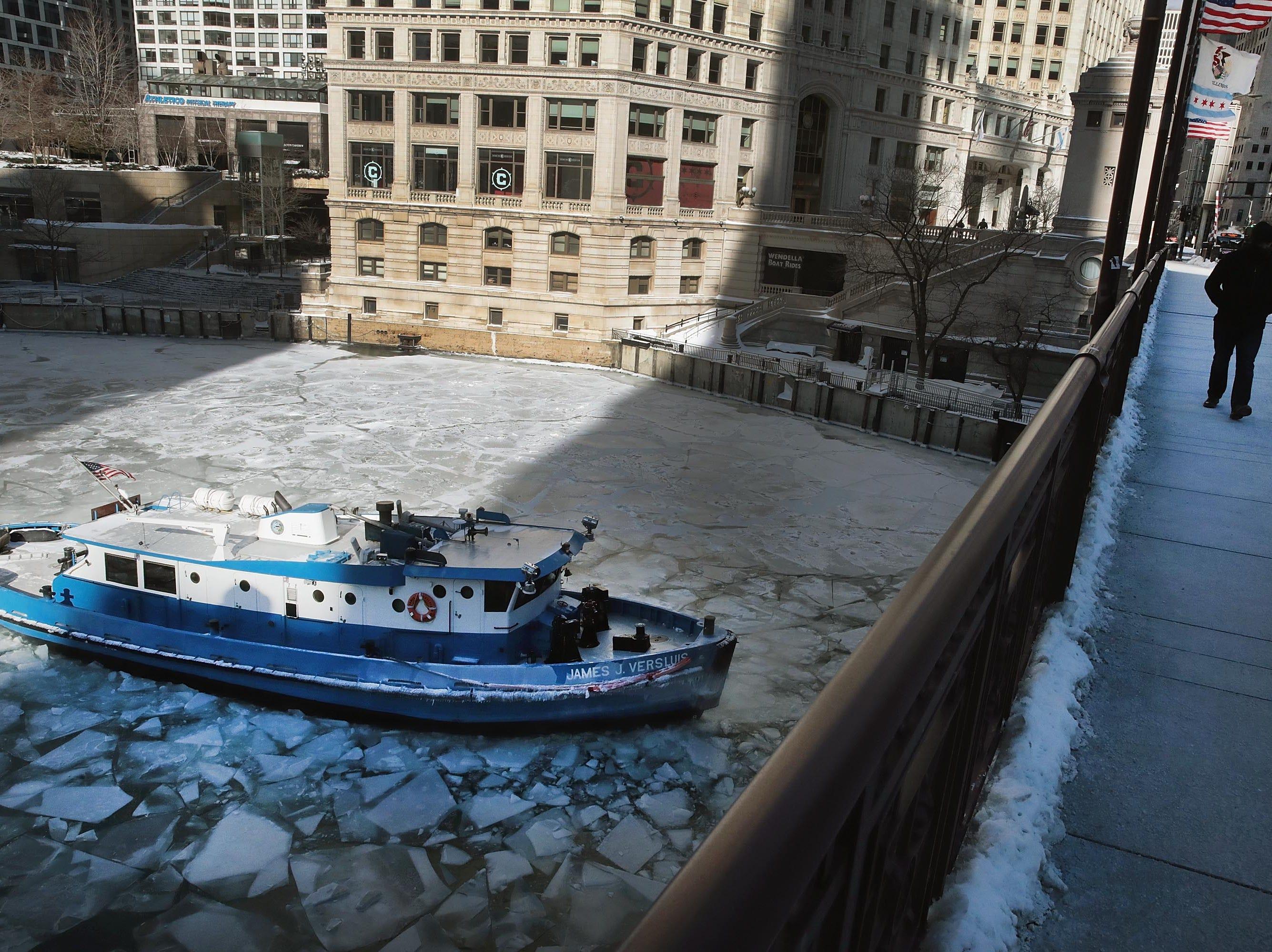 El James Versluis rompe hielo en el río Chicago congelado el 30 de enero de 2019 en Chicago, Illinois.