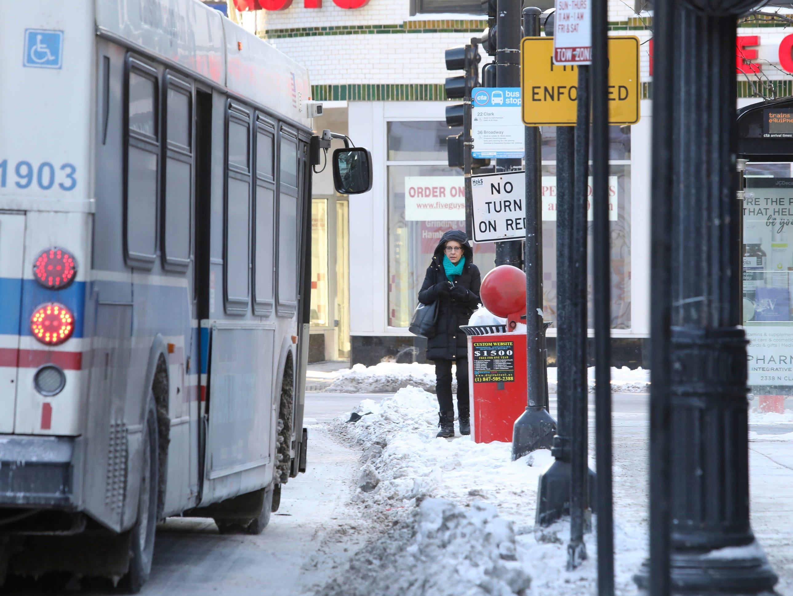 Una transeunte solitaria espera su autobús en Chicago el miércoles 30 de enero de 2019 en Chicago.