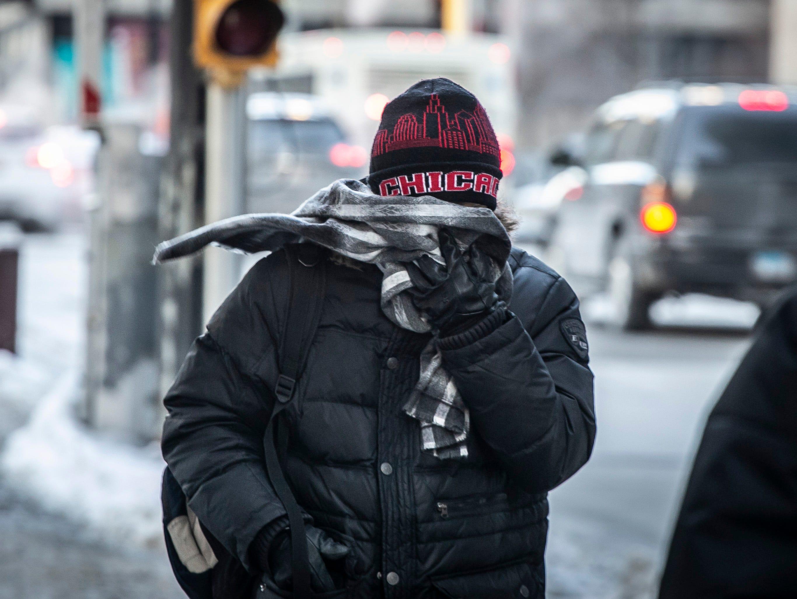 Un hombre se abre paso por las calles a bajas temperaturas registradas en Chicago el miércoles 30 de enero de 2019.
