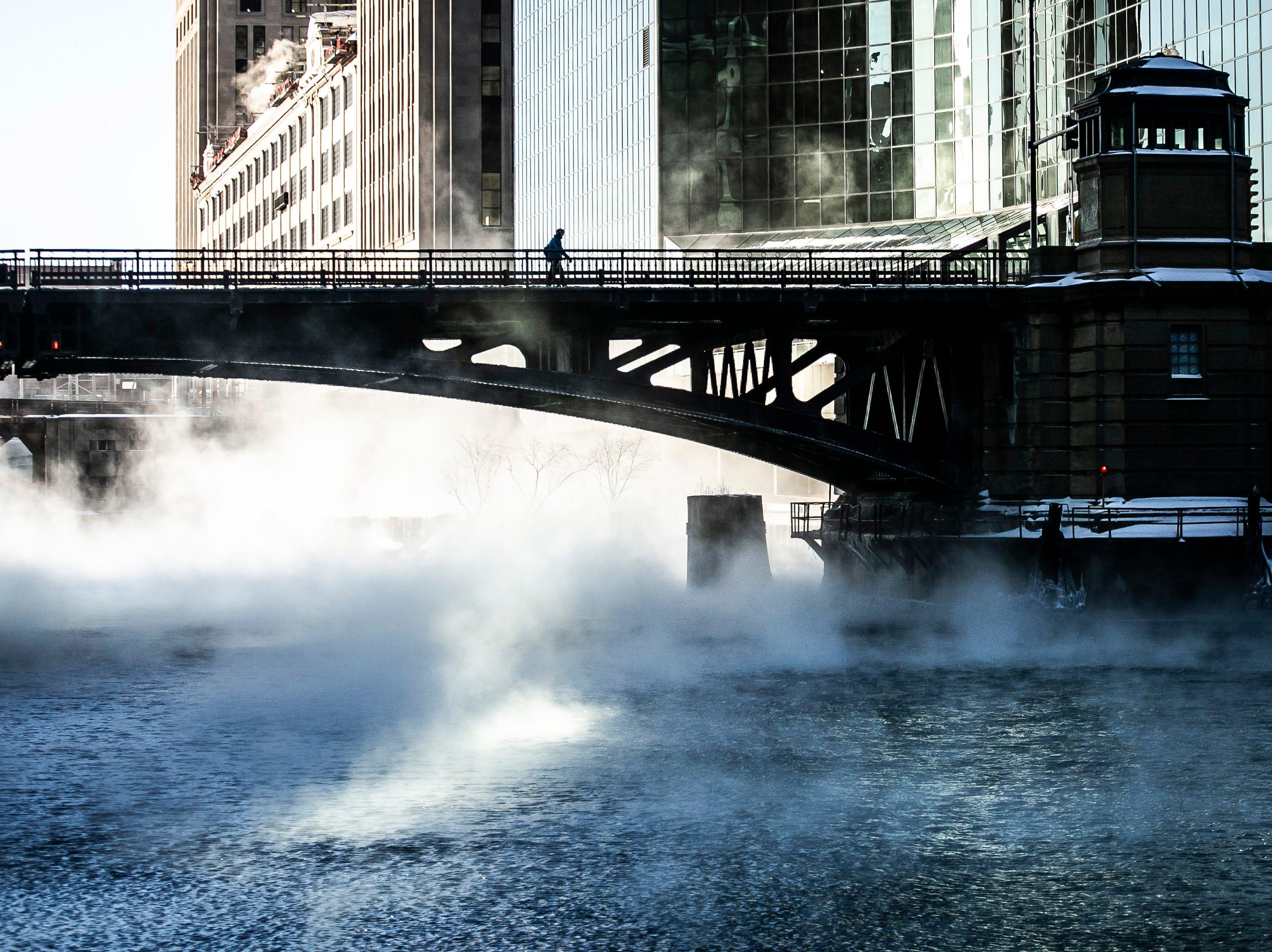 Un peatón solitario cruza el río Chicago el miércoles temprano, 30 de enero de 2019.
