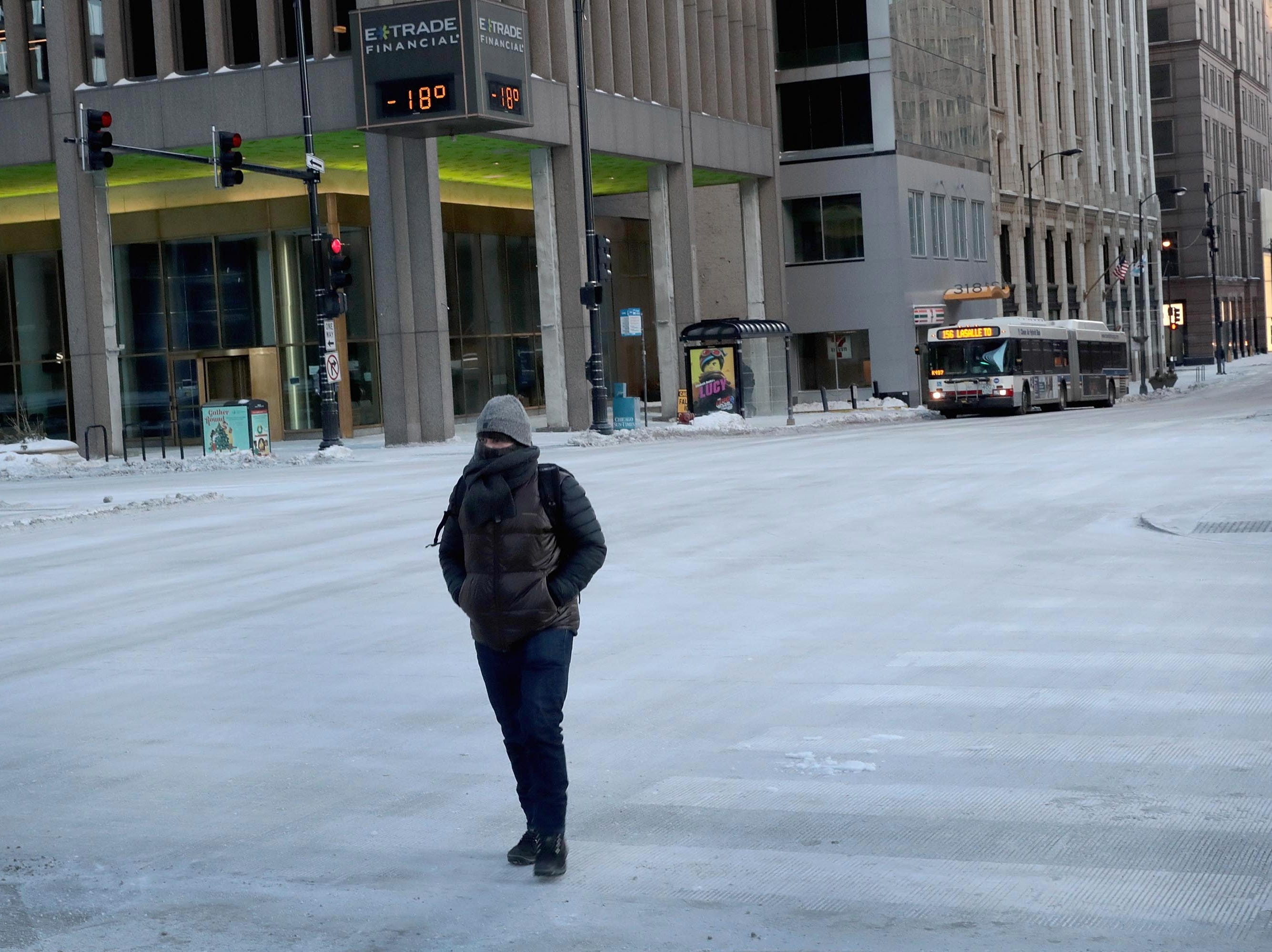 Un transeunte camina por un centro desértico en temperaturas bajo cero durante la hora pico de la mañana del 30 de enero de 2019 en Chicago, Illinois.