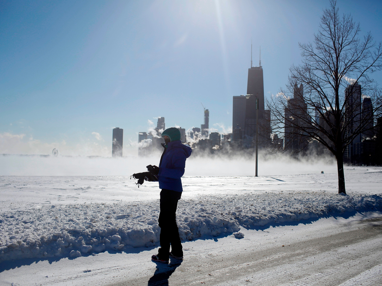 Un corredor observa cómo el vapor flota sobre el lago Michigan cuando las temperaturas bajaron a -20 grados F (-29 ° C) el 30 de enero de 2019 en Chicago, Illinois.