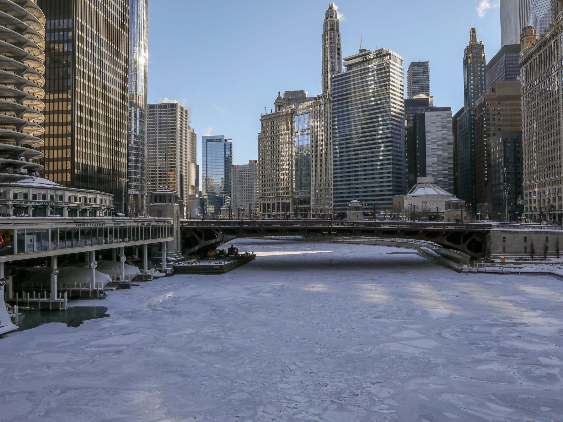 El hielo cubre el río Chicago el miércoles 30 de enero de 2019, en Chicago.