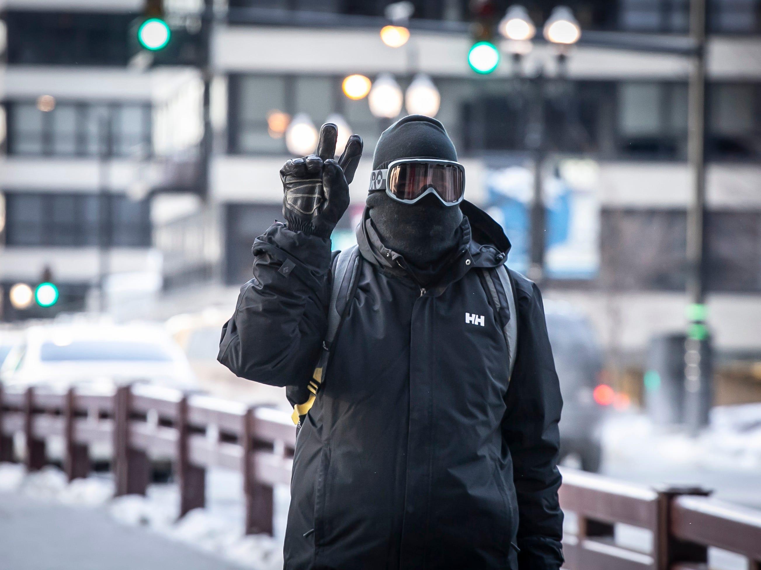 Un hombre se abre paso el miércoles temprano, 30 de enero de 2019 en Chicago.