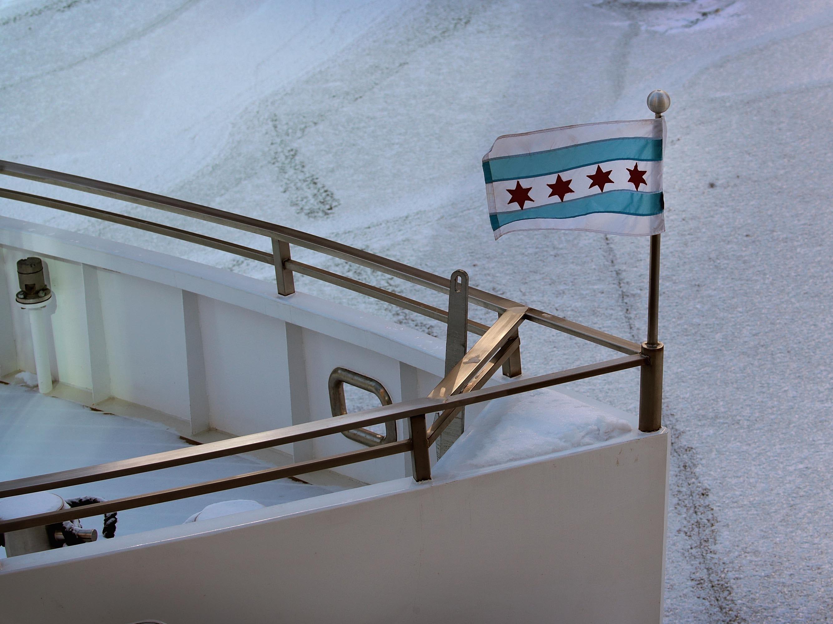 Un barco se encuentra en el río Chicago congelado el 30 de enero de 2019 en Chicago, Illinois.