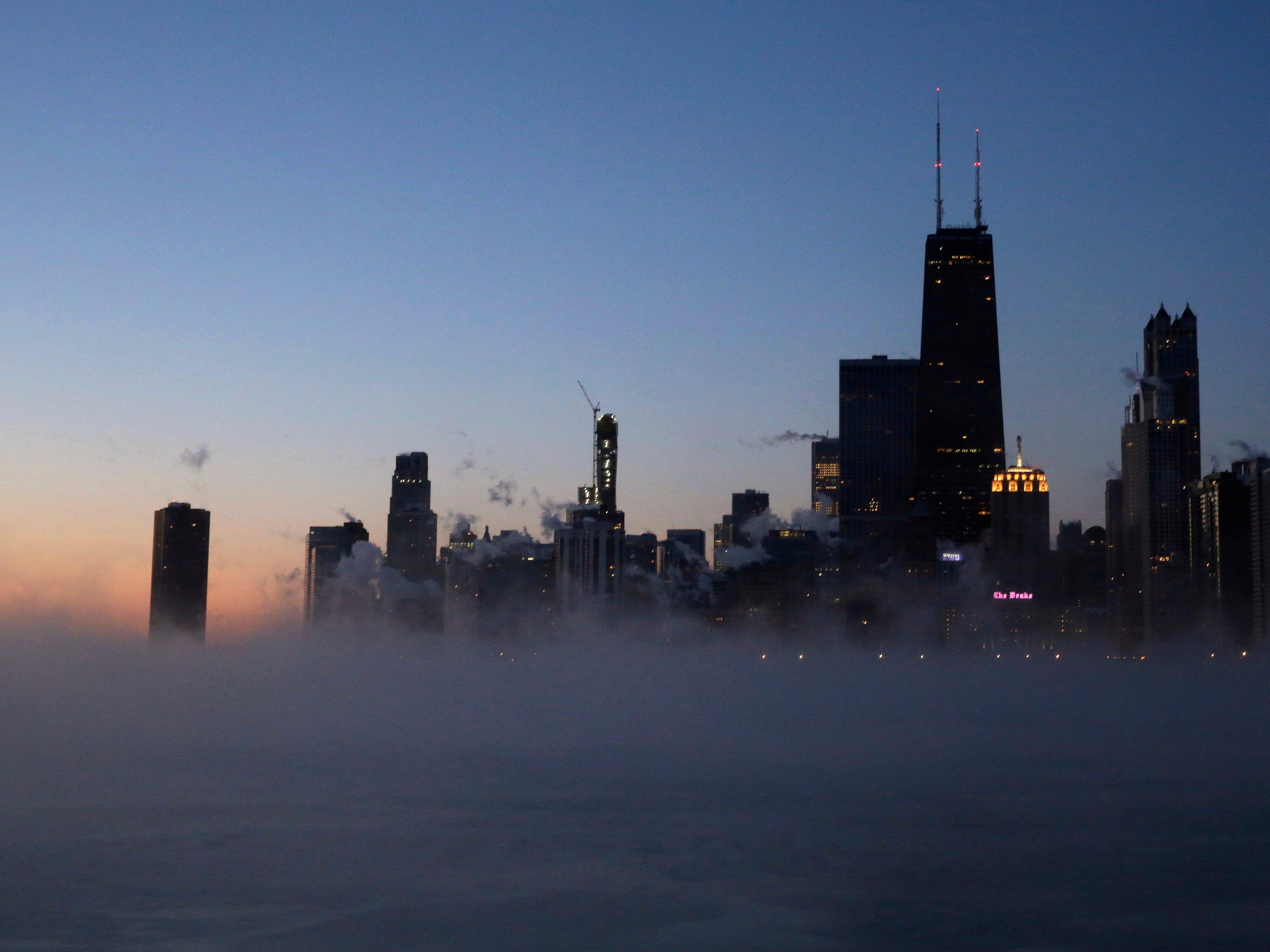 El vapor se eleva en la superficie del lago Michigan, el miércoles 30 de enero de 2019, en Chicago.