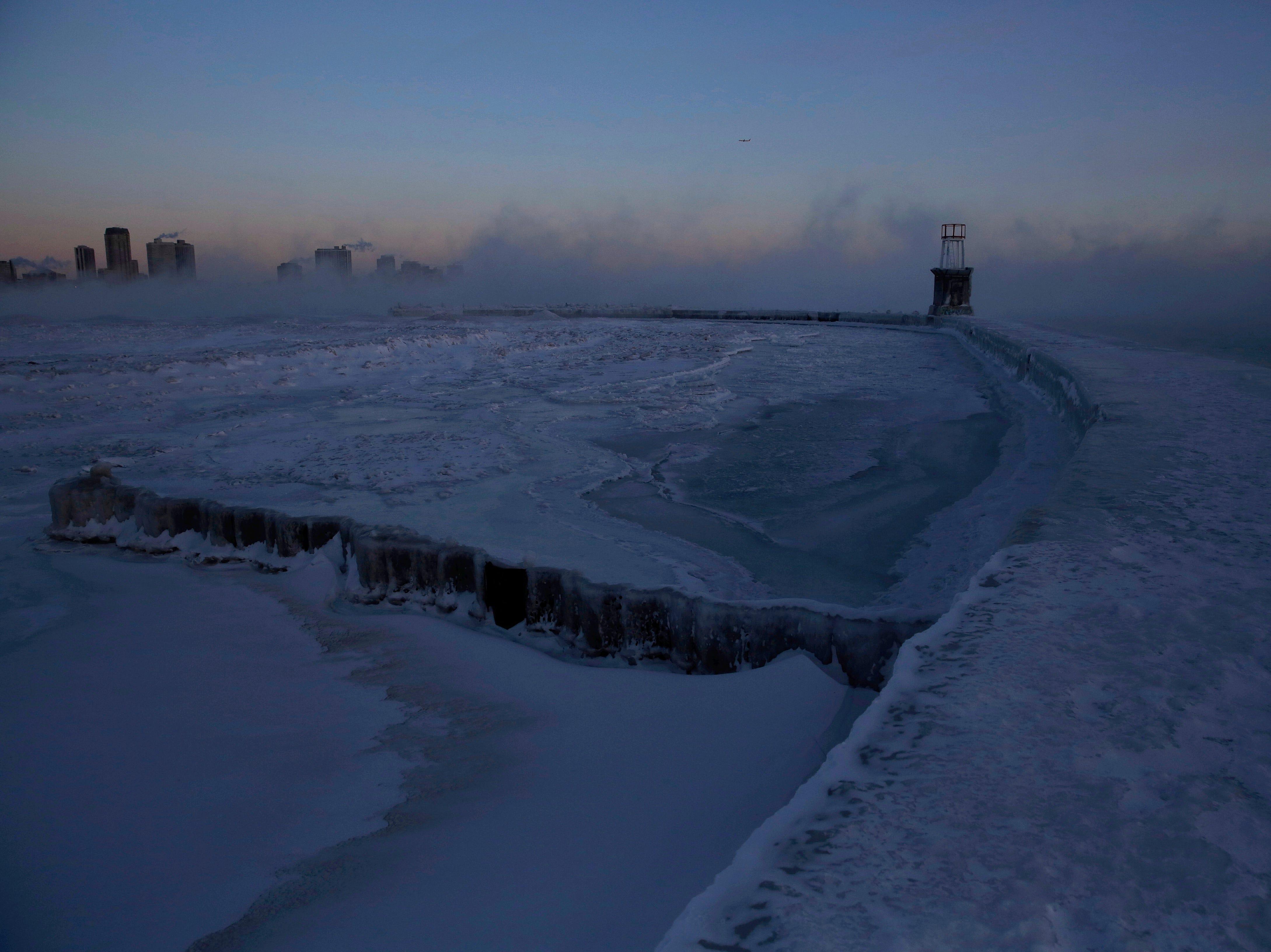 El hielo se forma a lo largo de la orilla del lago Michigan, el miércoles 30 de enero de 2019, en Chicago.