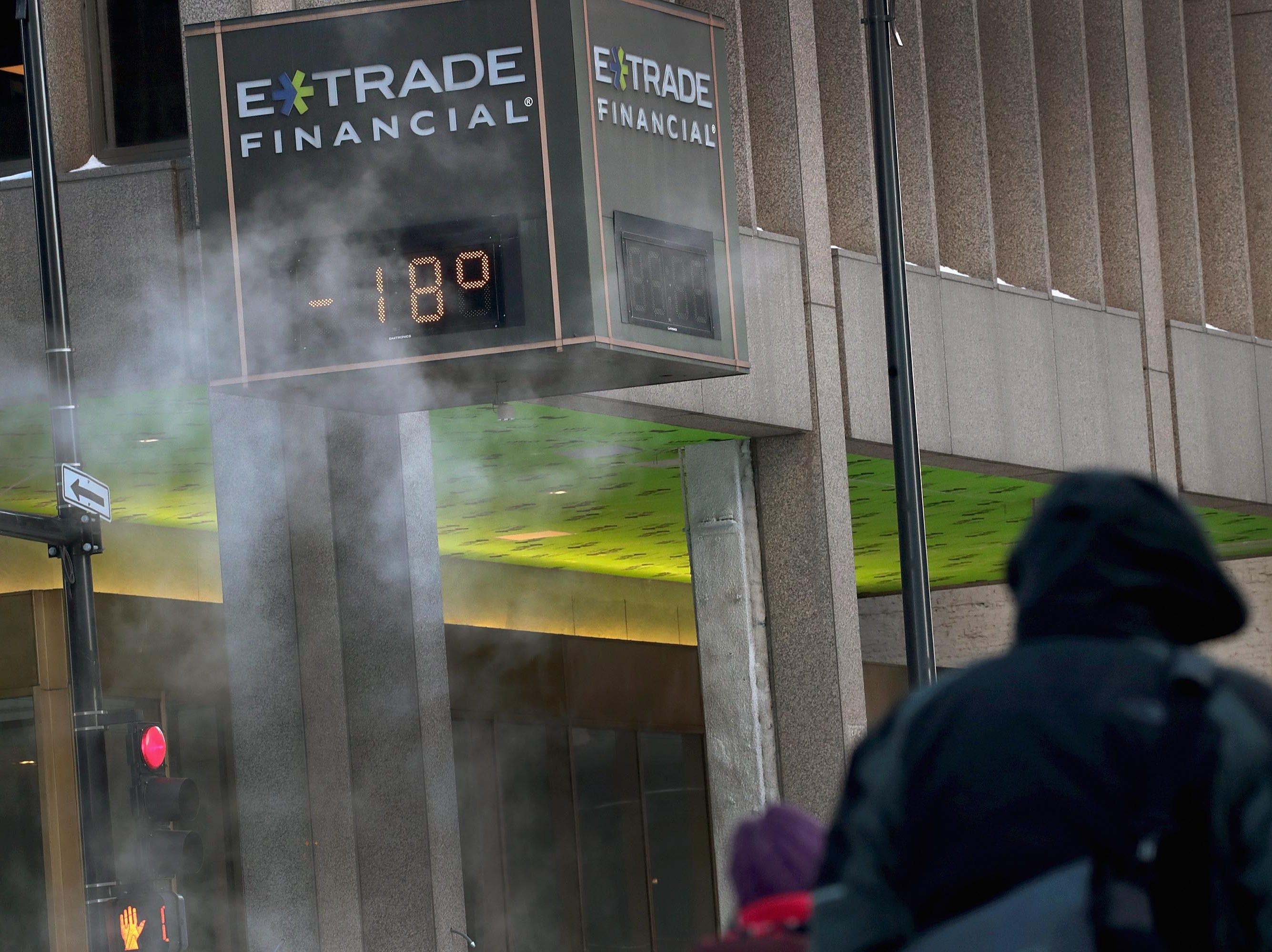 Un transeunte camina cerca de un termómetro que registra -18 grados en el circuito el 30 de enero de 2019 en Chicago, Illinois.