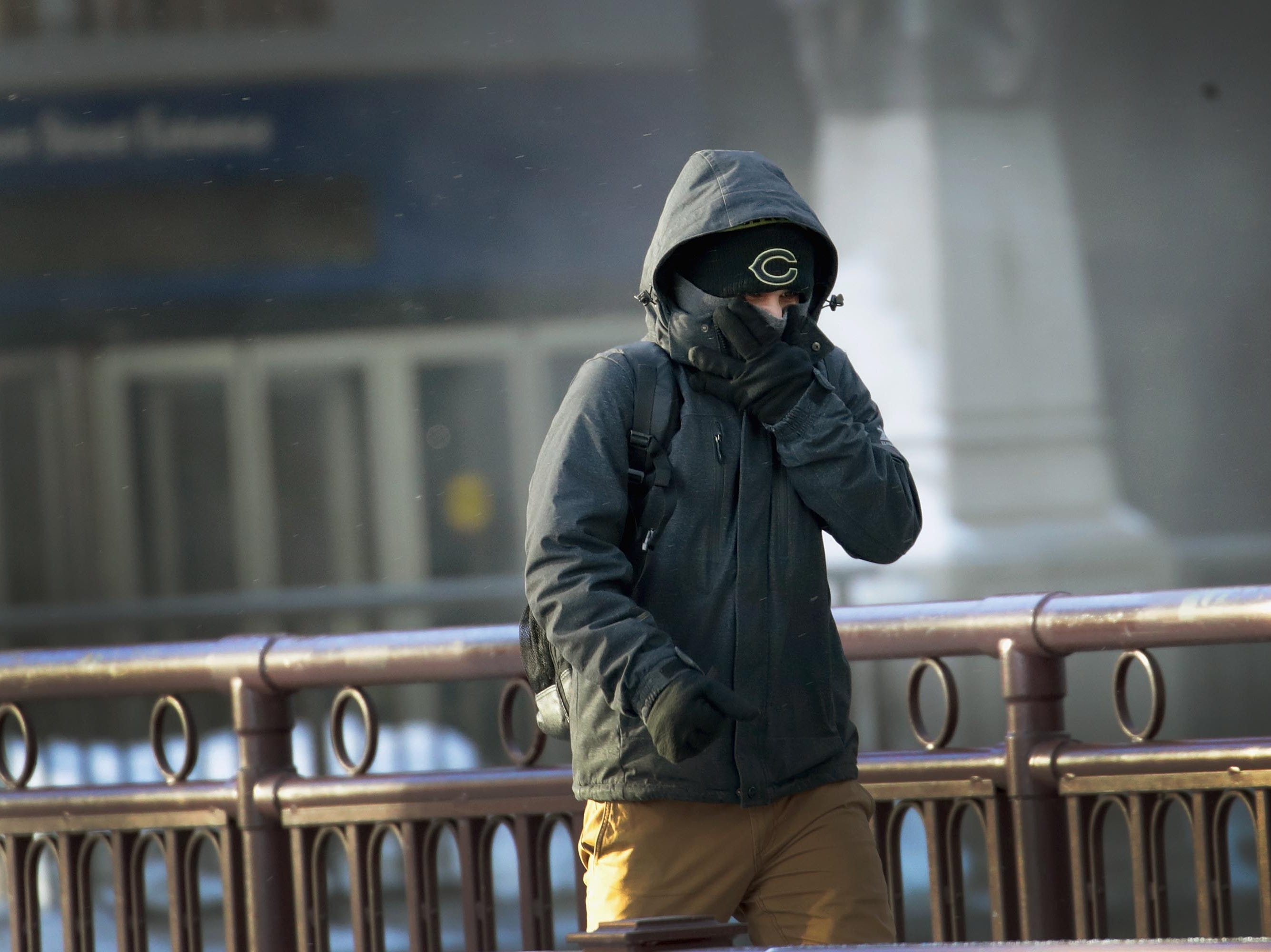 Un hombre camina por el centro de la ciudad en temperaturas bajo cero durante una hora punta de mañana extremadamente ligera el 30 de enero de 2019 en Chicago, Illinois.