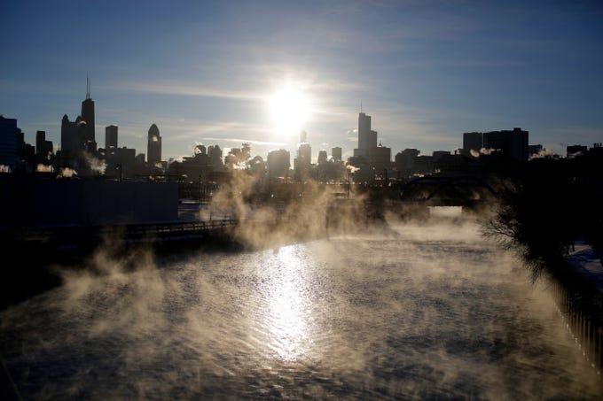 El 30 de enero de 2019 en Chicago, Illinois, el vapor se eleva sobre el río North Branch cuando las temperaturas bajaron a -22 grados Fahrenheit (-30 grados Centígrados). Una helada que amenazó la vida se apoderó del medio oeste de Estados Unidos el miércoles, cuando el clima era más frío que los vuelos a tierra de la Antártida, interrumpió los viajes y paralizó la vida de decenas de millones de personas.