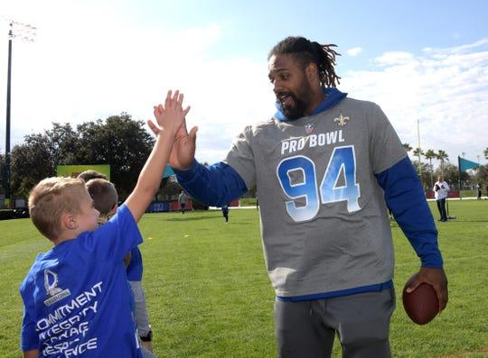 Saints Defensivo Cameron Jordan participa no Dia da Comunidade Pro Bowl em Orlando. Ele foi selecionado para o Pro Bowl quatro vezes em suas oito temporadas da NFL.