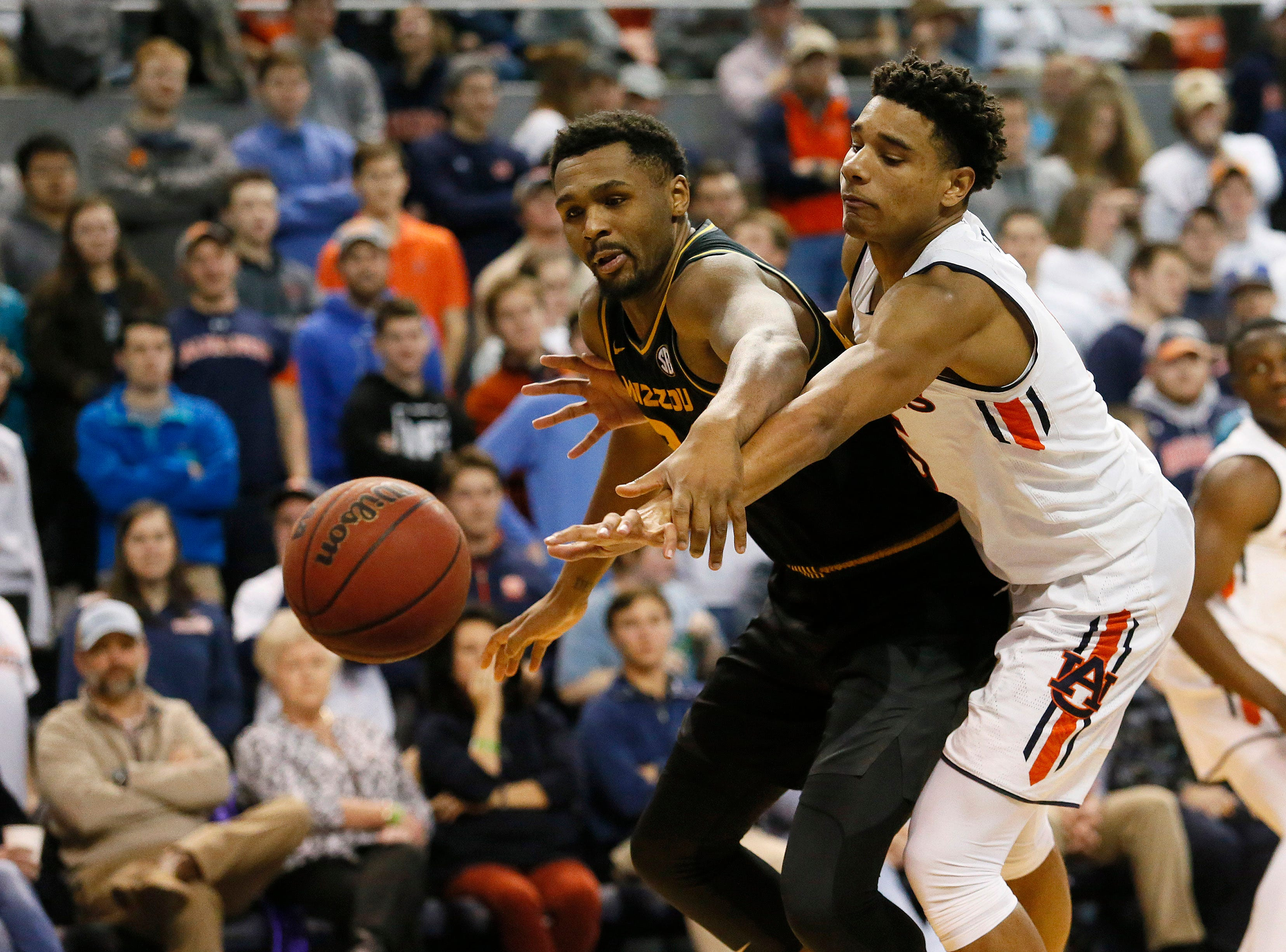 Jan 30, 2019; Auburn, AL, USA; Auburn Tigers forward Chuma Okeke (5) and Missouri Tigers forward Kevin Puryear (24) fight for the ball during the second half at Auburn Arena. Mandatory Credit: John Reed-USA TODAY Sports