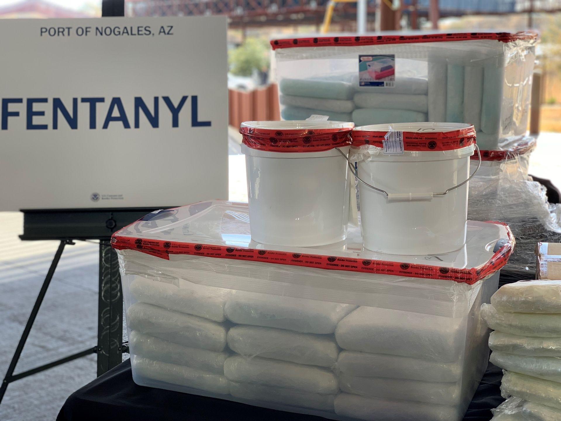 Los funcionarios dijeron que, dada la potencia de los medicamentos encontrados en el puerto de entrada de Nogales, Arizona, los oficiales que trabajaban ese día tomaron precauciones adicionales para manejarlos y evitar la exposición a ellos, incluso usar equipo de protección y asegurar los medicamentos en múltiples contenedores.
