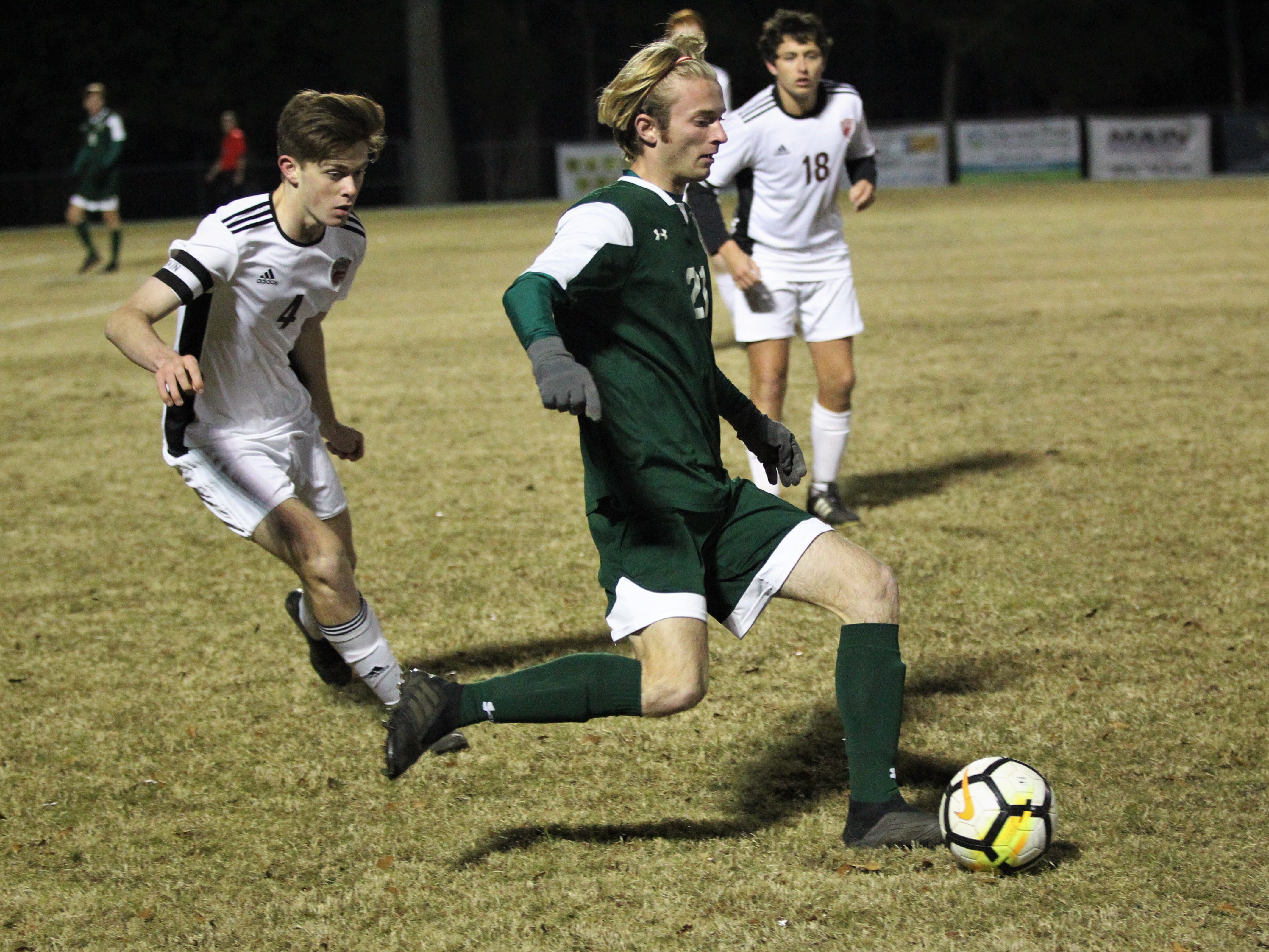 Lincoln's Alex Silvaroli makes a pass as Chiles' boys soccer team beat Lincoln 1-0 in a District 2-4A semifinal on Jan. 30, 2019.