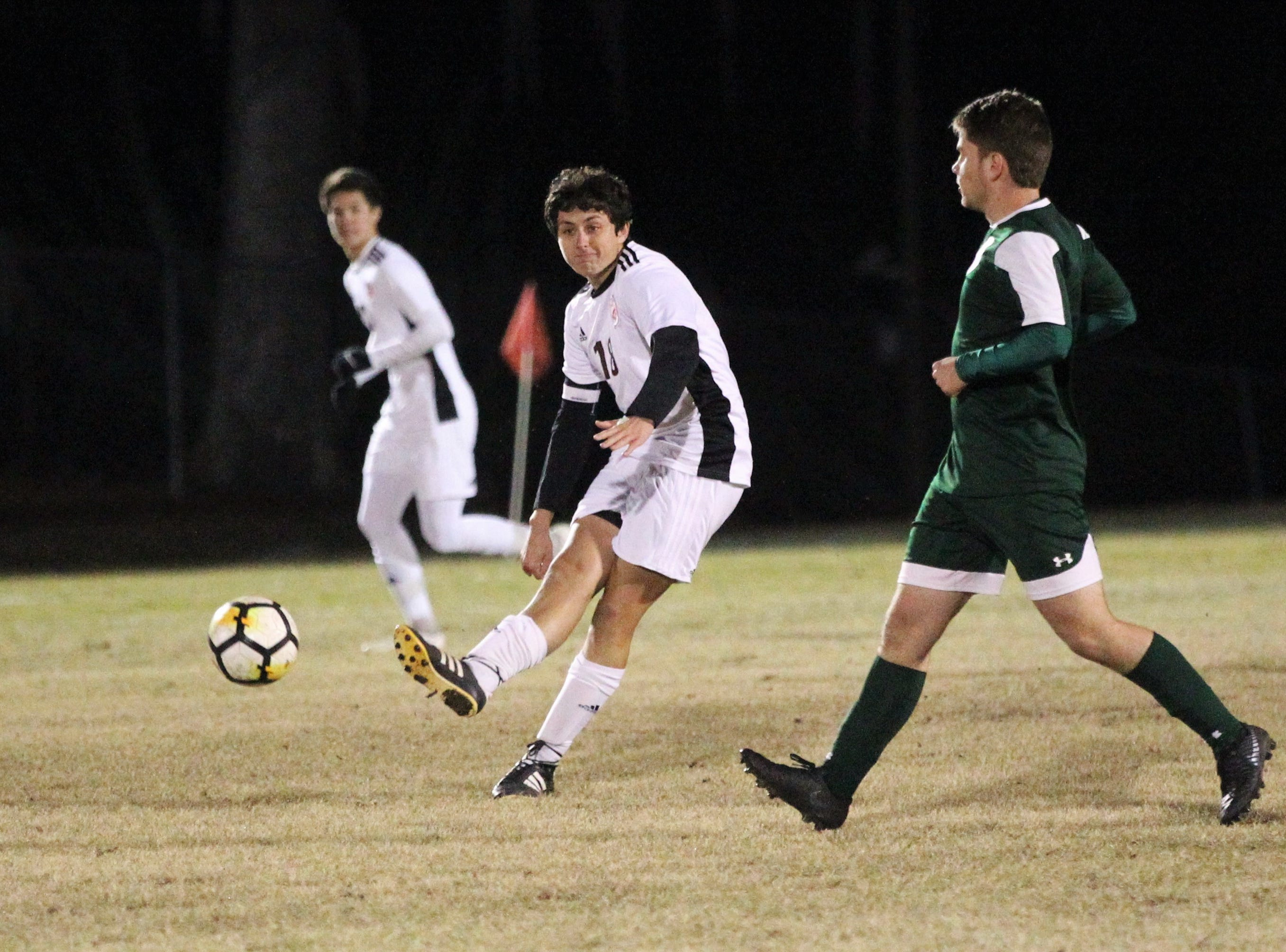 Chiles midfielder Patrick O'Sullivan makes a pass upfield as Chiles' boys soccer team beat Lincoln 1-0 in a District 2-4A semifinal on Jan. 30, 2019.