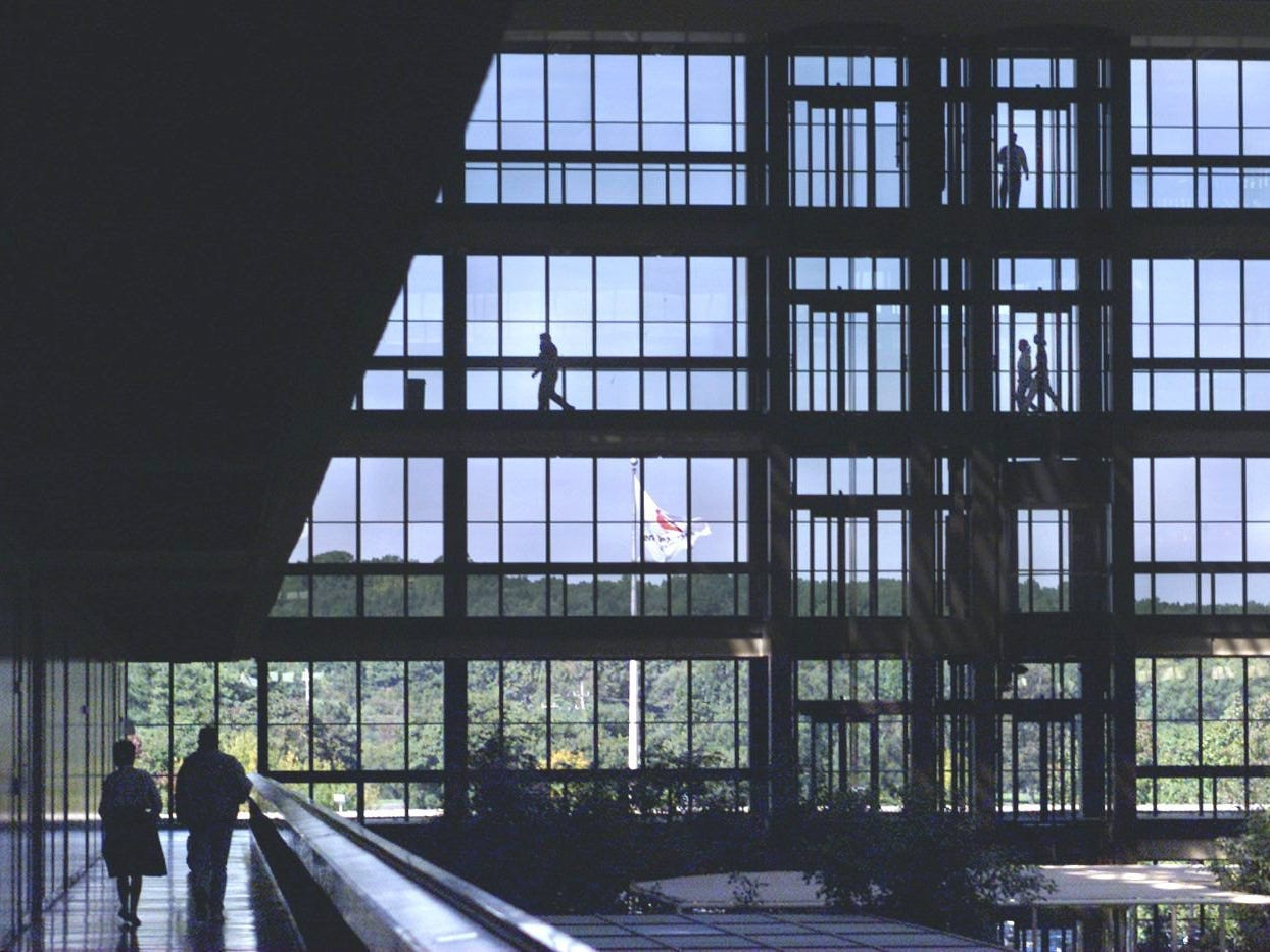 10/7/99 Bell Labs, Holmdel: Employees walk through the 2 million sq ft modern office building.