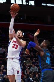 Blake Griffin shoots on Mavs forward Harrison Barnes on Thursday.