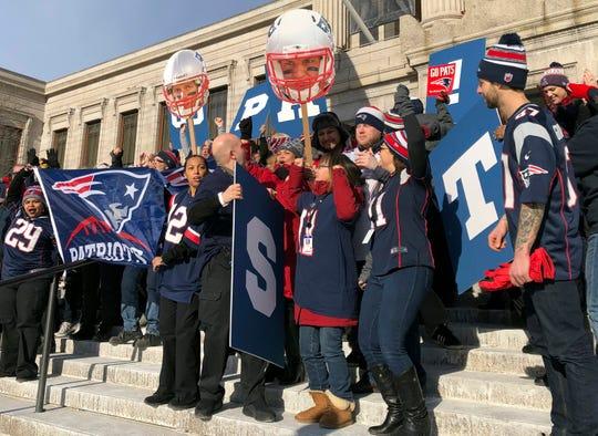 Los trabajadores del Museo de Bellas Artes de Boston se reúnen vestidos cons jerseys de los New England Patriots el viernes 1 de febrero de 2019 en Boston.