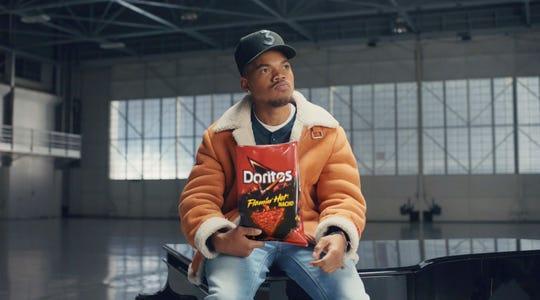 Esta captura de pantalla sin fecha del video proporcionado por PepsiCo. muestra una imagen del spot de fútbol de la compañía Doritos 2019 Super Bowl NFL con Chance the Rapper.
