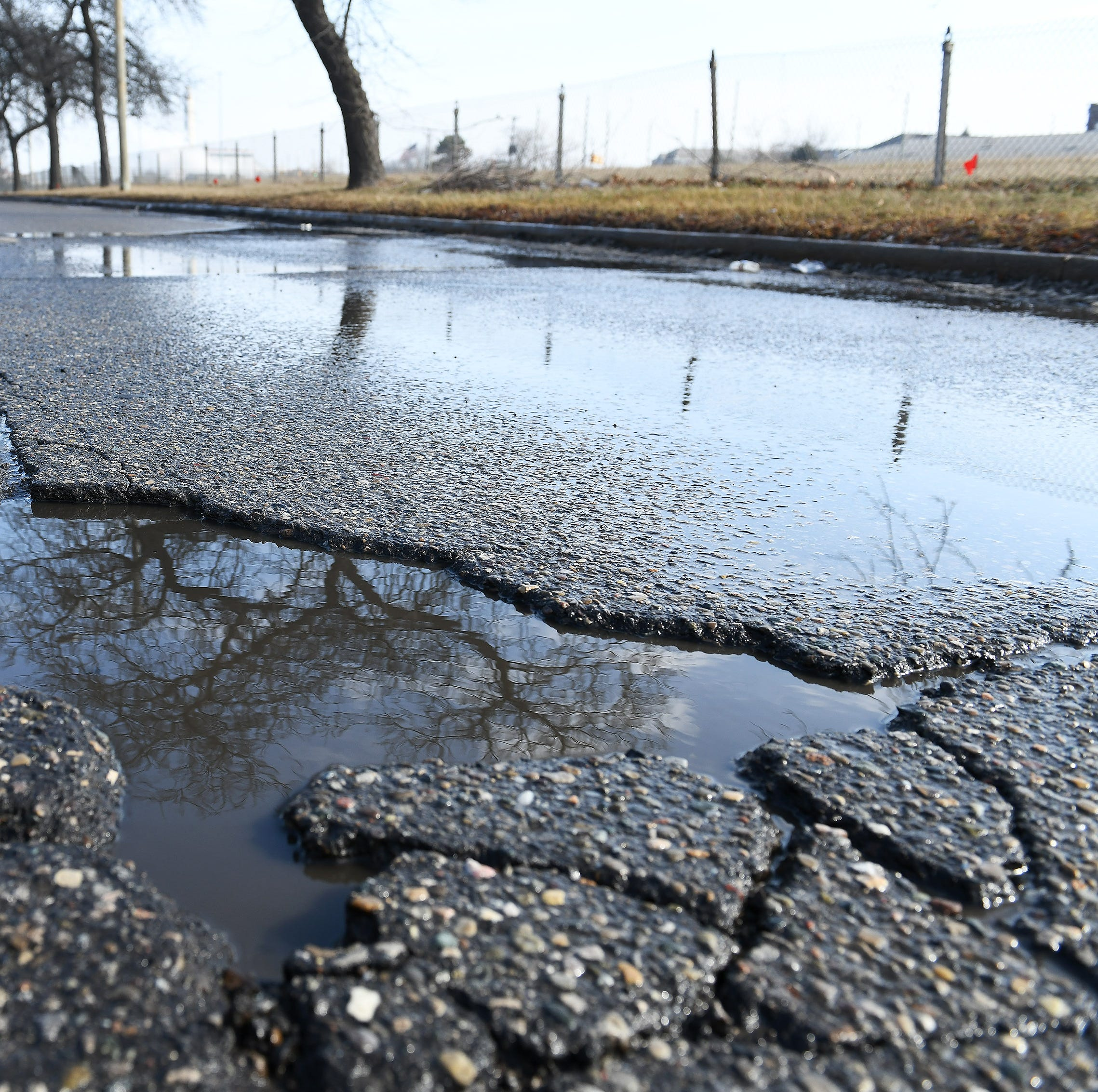 MSP warns of I-94 pothole near 10 Mile in Roseville