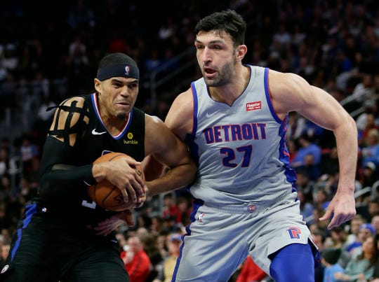 Tobias Harris drives to the basket against Pistons center Zaza Pachulia on Saturday.