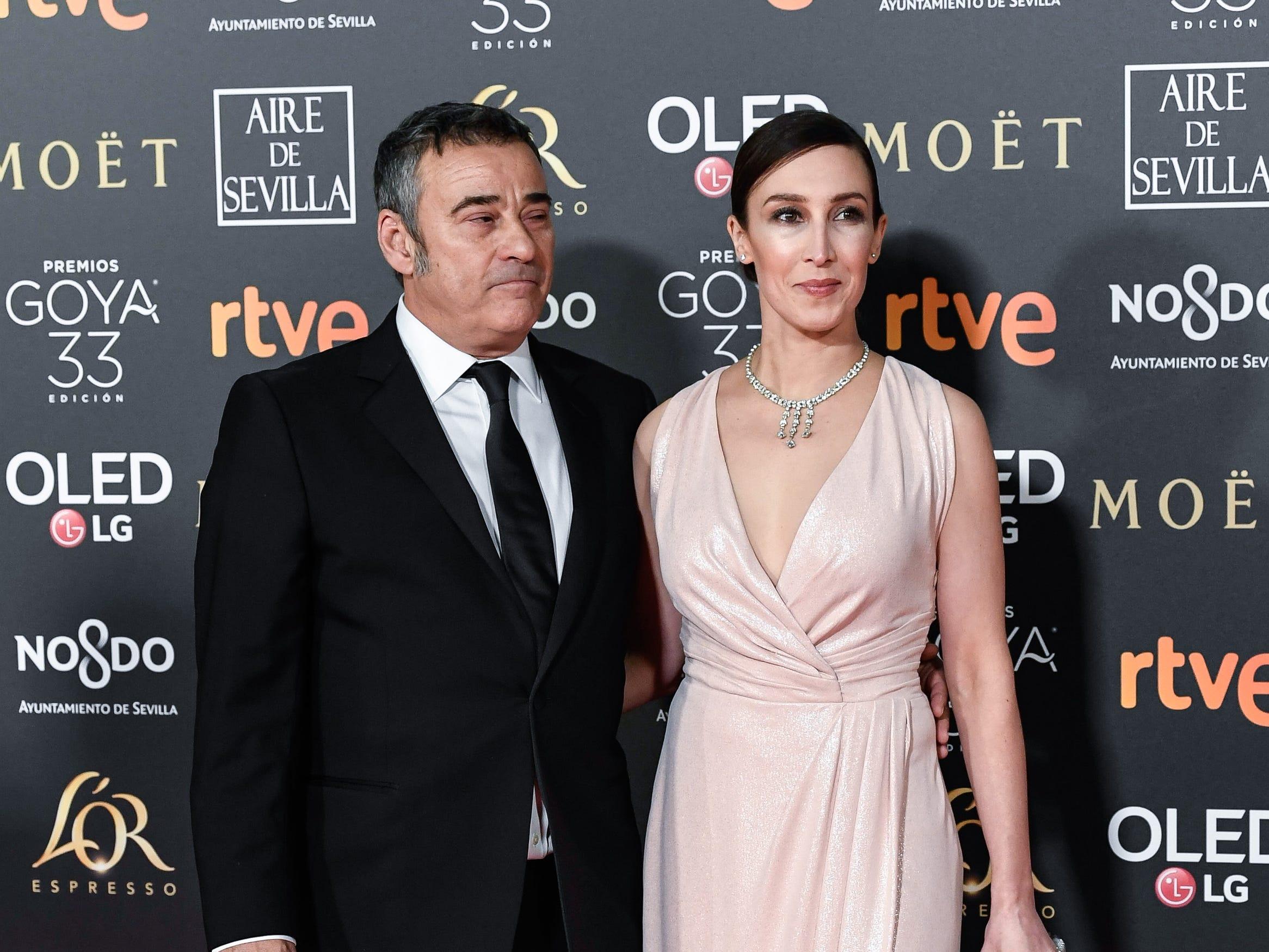 Eduard Fernández (der) y su acompañante asisten a la 33ª edición de los Premios de Cine Goya en el Palacio de Congresos y Exposiciones FIBES el 2 de febrero de 2019 en Sevilla, España.