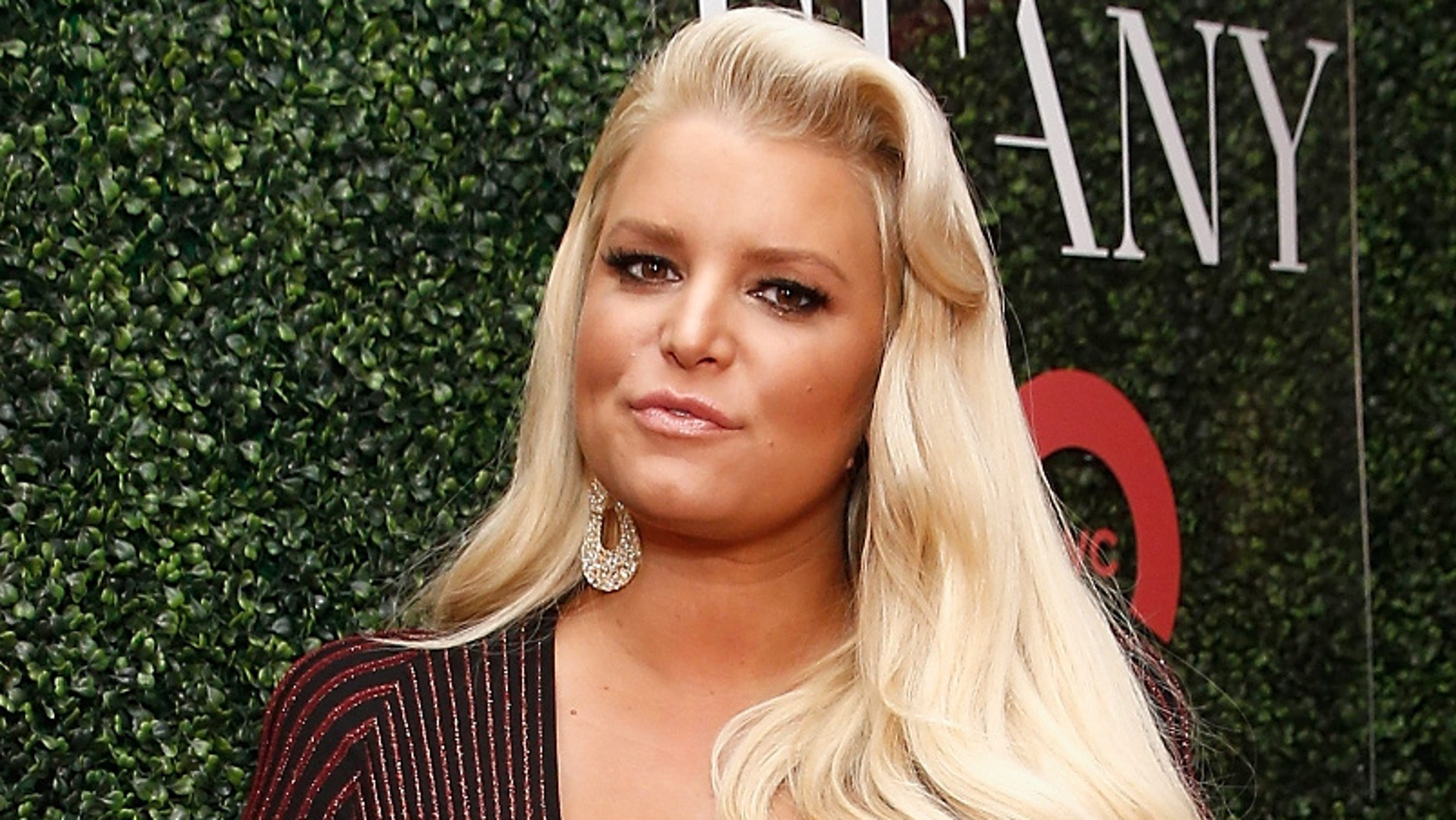 Pregnant Jessica Simpson battles bronchitis, hospitalized for fourth time in two months