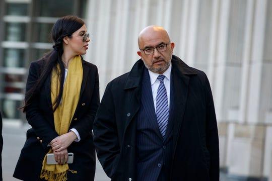 Emma Coronel Aispuro, esposa de  'El Chapo', y Eduardo Balarezo, abogado de Guzmán, salen del Tribunal el 4 de febrero de 2019 en el distrito de Brooklyn en Nueva York.
