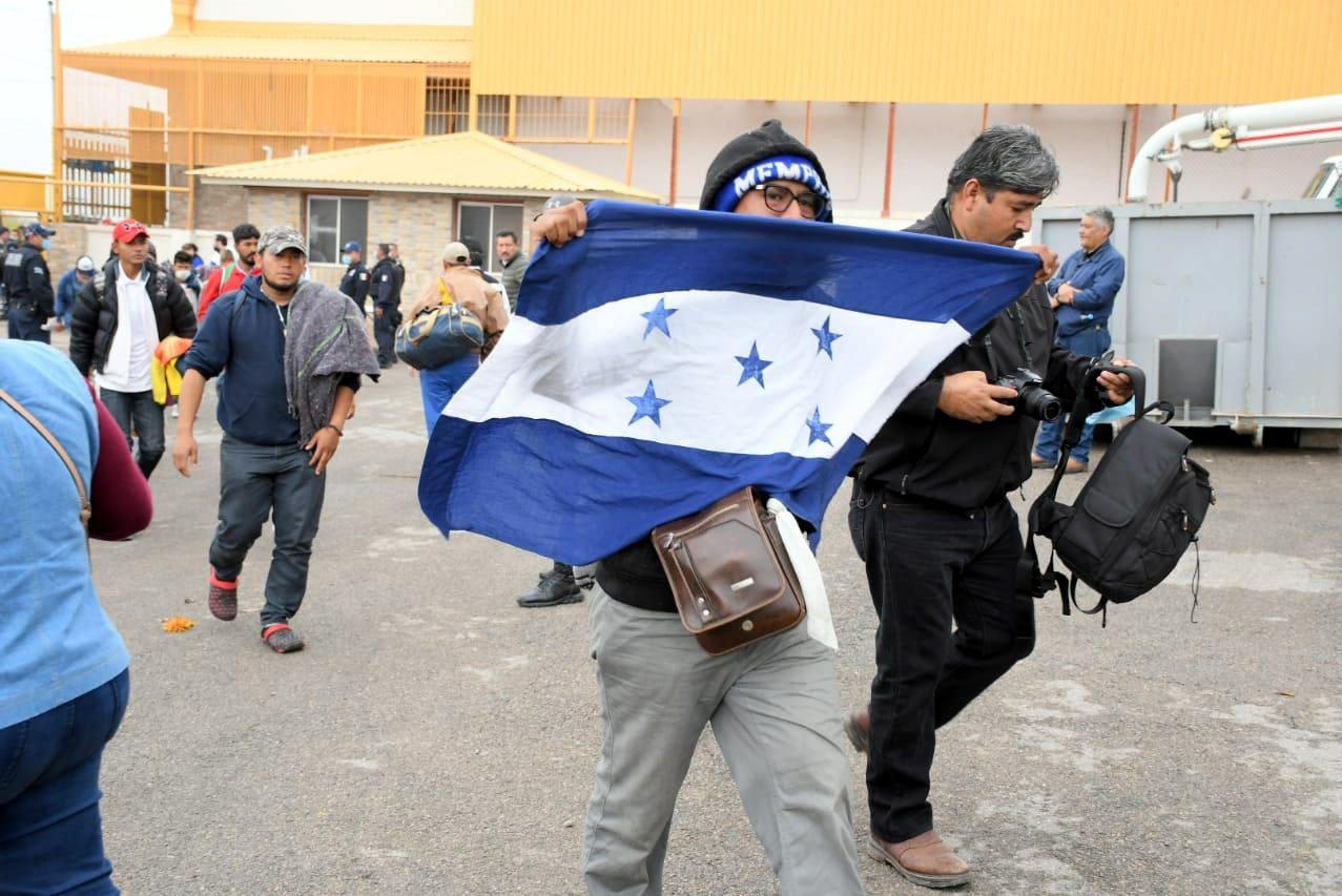 Luego de recorrer unos tres mil kilómetros, muchas veces a pie y en condiciones precarias, más de mil 700 migrantes centroamericanos llegaron anoche a las ciudades de Piedras Negras y Acuña, fronterizas con Texas.