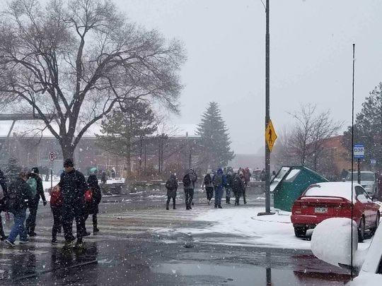 Los estudiantes en el campus de la Universidad del Norte de Arizona caminan por la nevada el 5 de febrero de 2019, en Flagstaff.