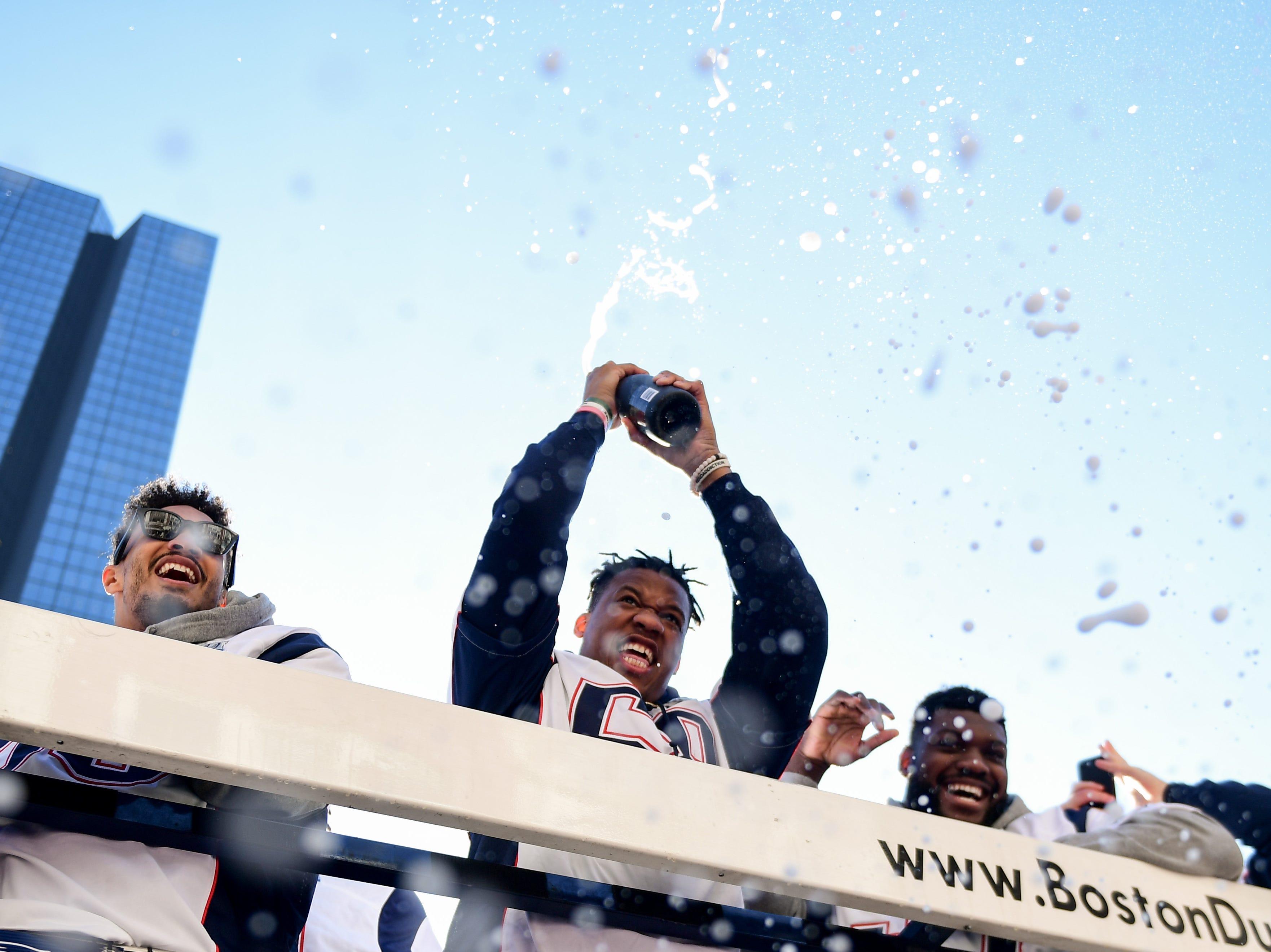 """Centenares de miles de fanáticos entusiasmados se concentraron en el centro de Boston el martes para el desfile de celebración del sexto título de Super Bowl de los Patriots de Nueva Inglaterra, pidiendo más con gritos de """"¡Queremos siete!"""" y """"¡El próximo año, aquí mismo!""""."""