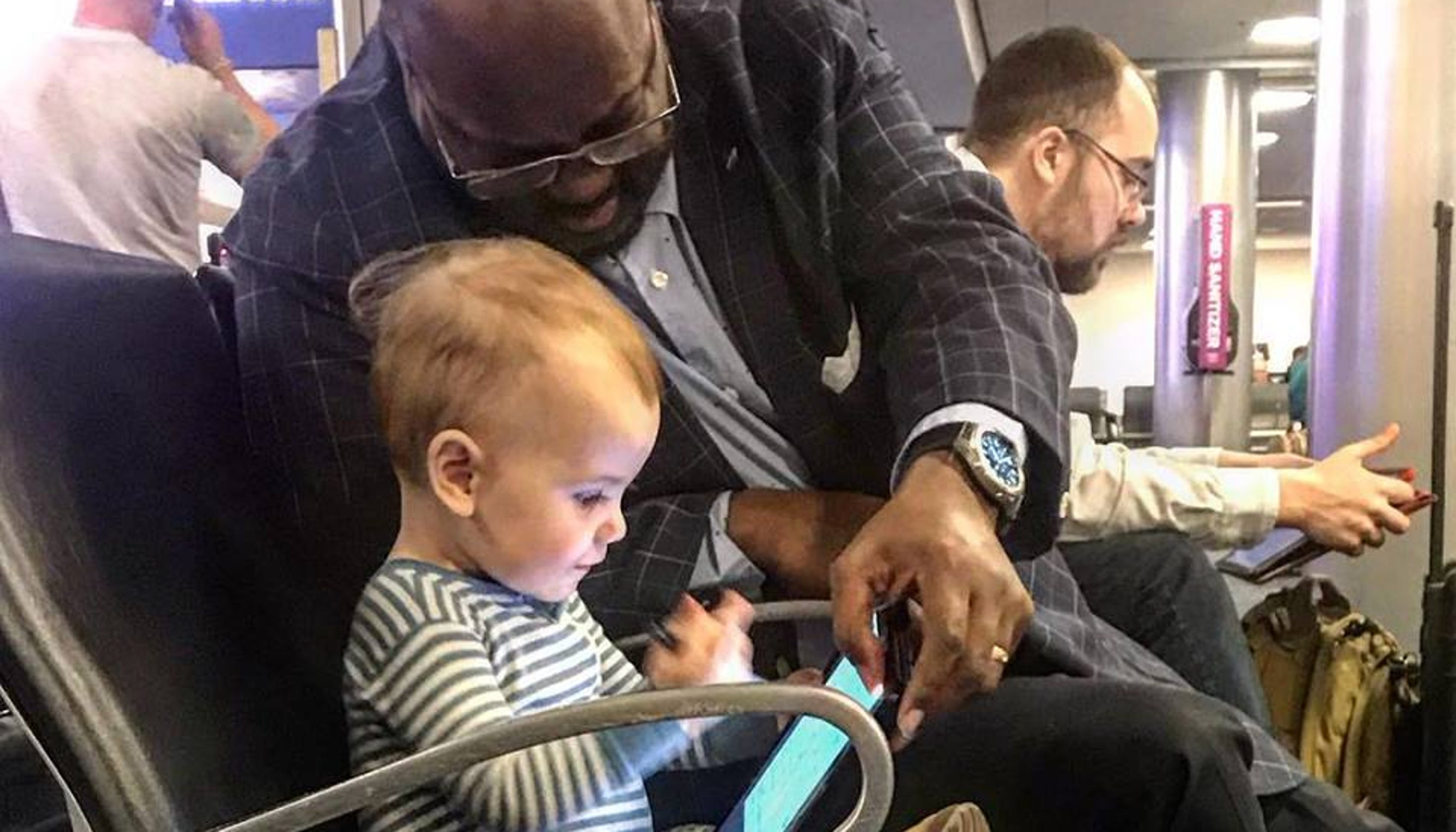Dad thanks kind stranger who entertained his daughter in the airport