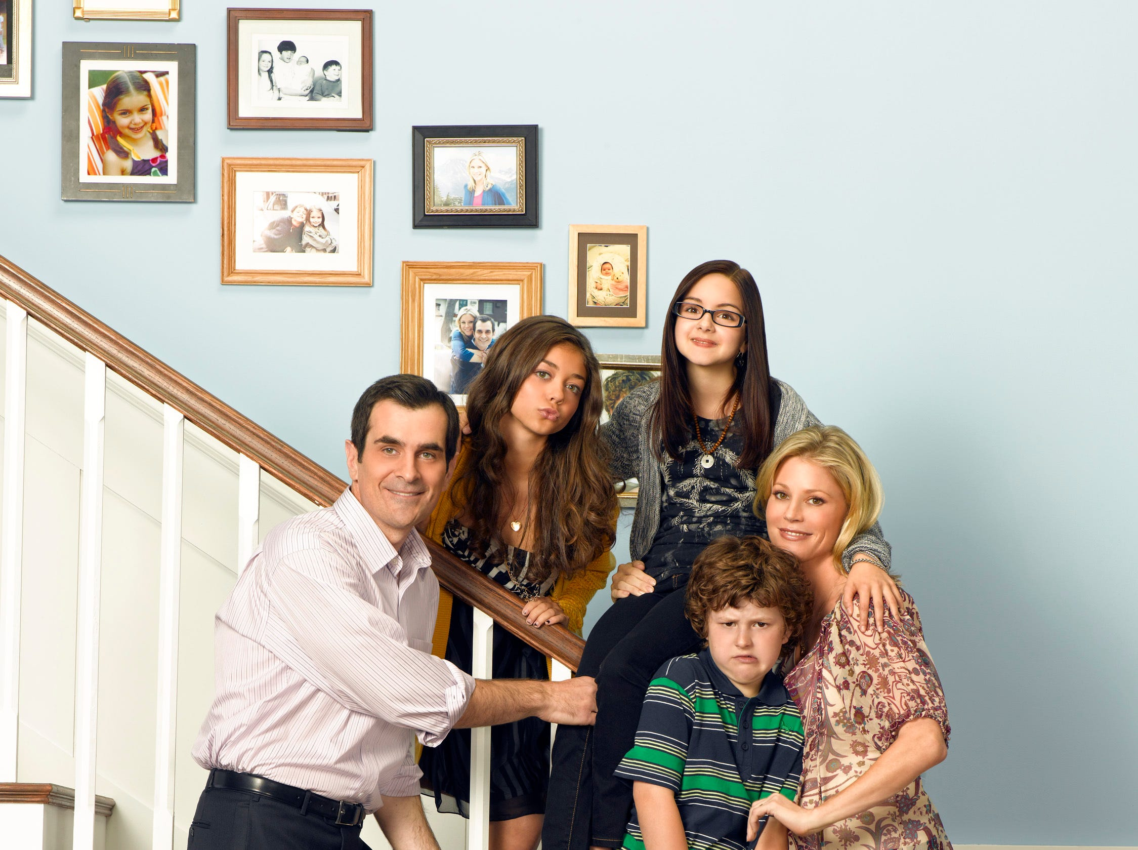Ty Burrell as Phil, Sarah Hyland as Haley, Ariel Winter as Alex, Nolan Gould as Luke and Julie Bowen as Claire in the first season of the show.