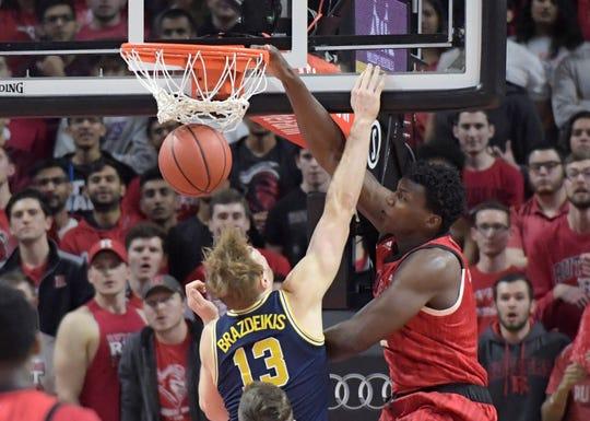 Rutgers center Shaquille Doorson dunks over Michigan forward Ignas Brazdeikis (13)