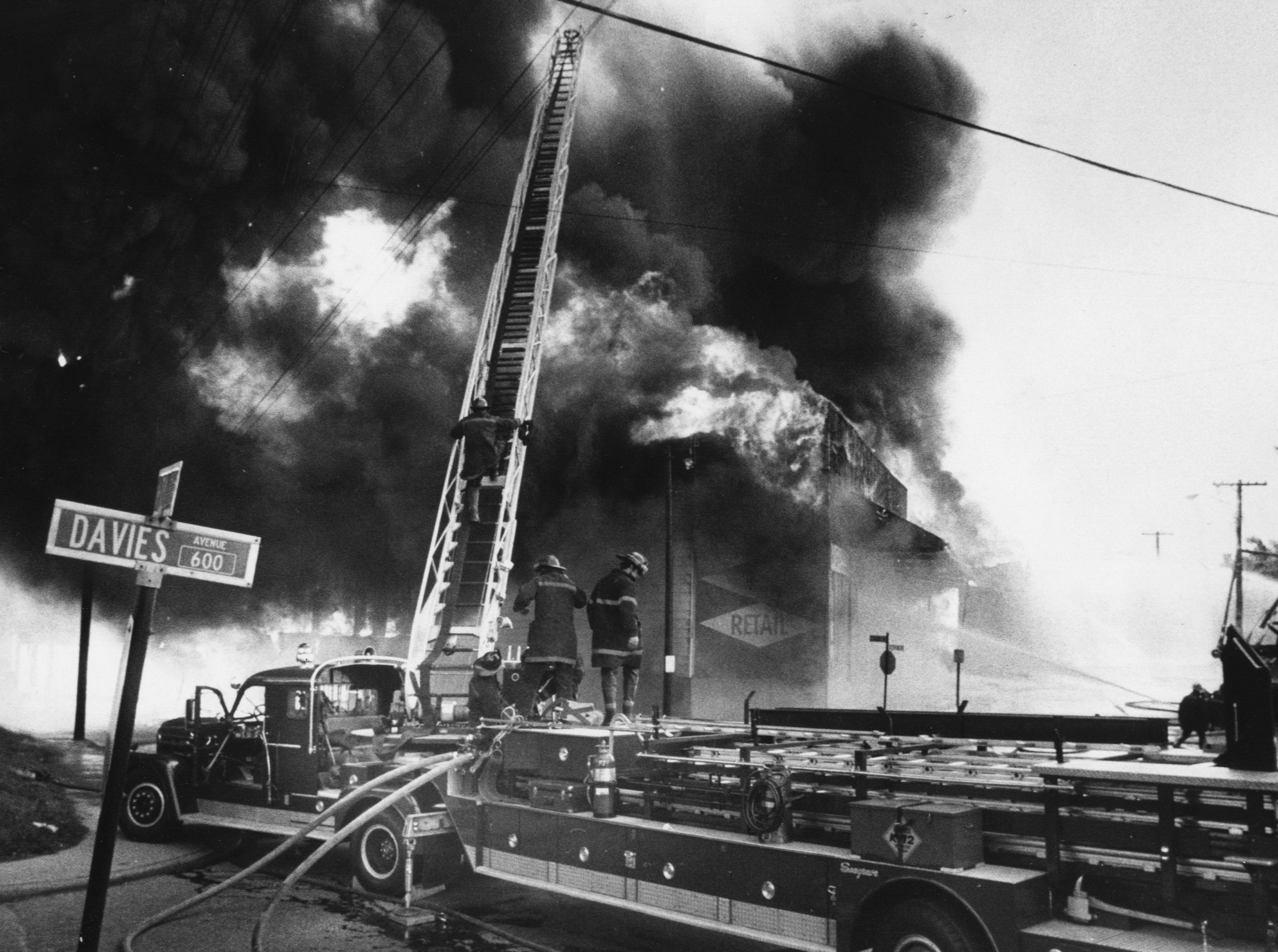 Firemen battled a blaze at the Kentucky Lumber Co. warehouse at Seventh and Lee streets. 