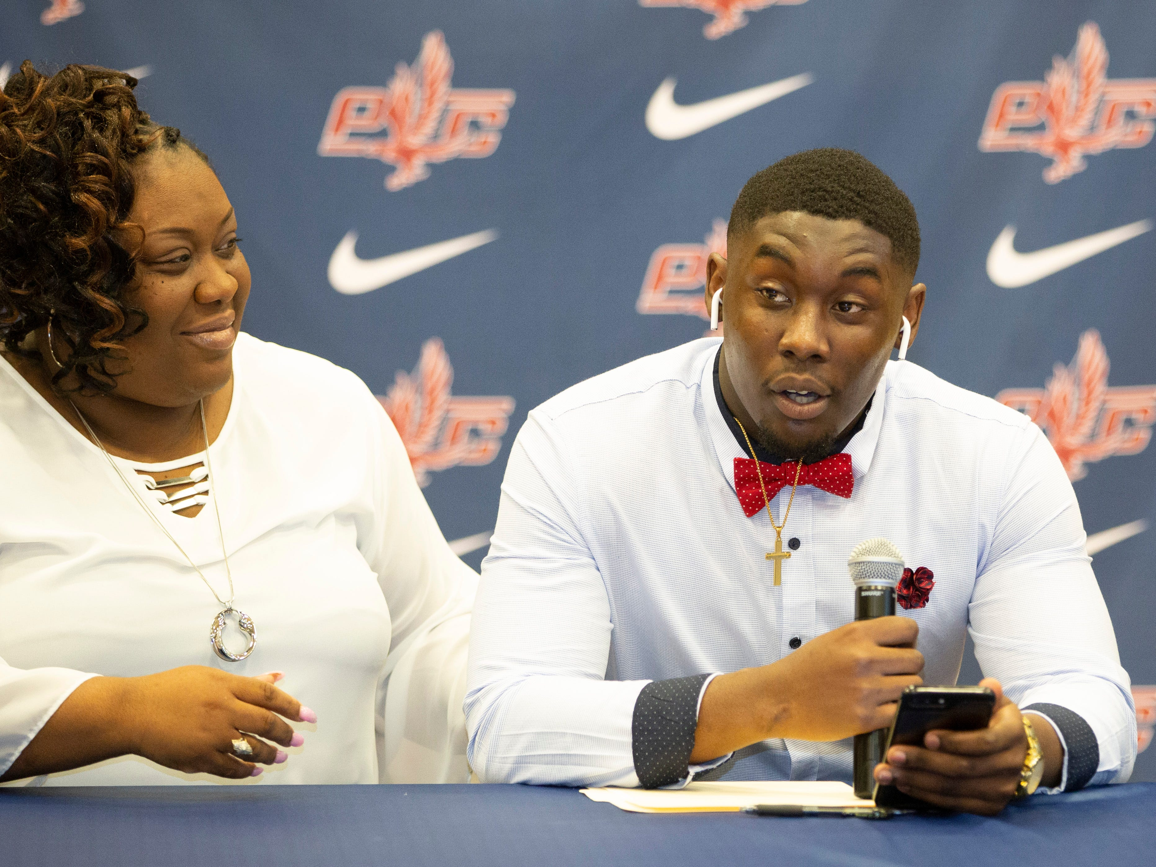 Cokey Lee, a football player at Park Crossing, signed with Independence Community College.
