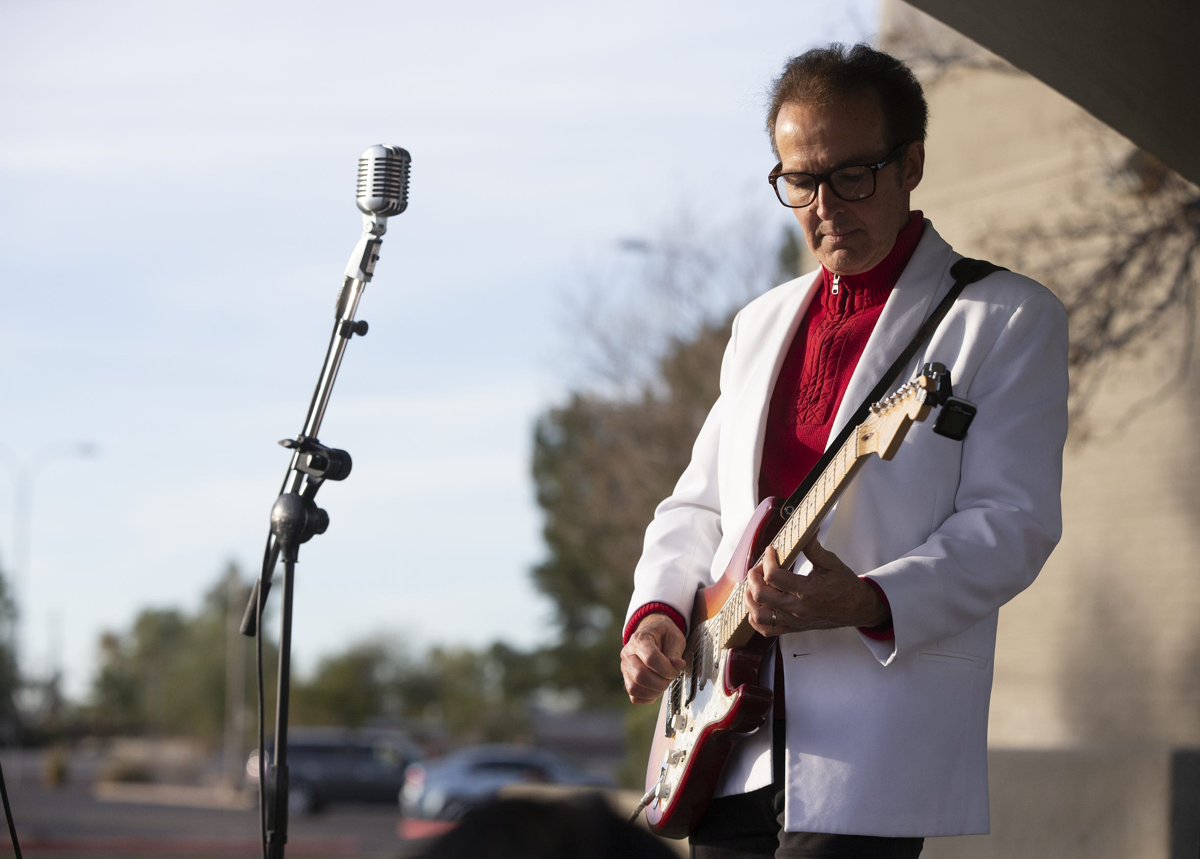 Come Back Buddy vocalist Mike Randall performs for the runners during Humana Rock 'n' Roll half marathon in on January 20, 2019.