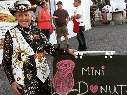 En 2012, Jeanne Tirpak, propietaria de Oh So Good Mini Donuts, Wickenburg, fue elegida como Gran Marshall del desfile de los Días de la fiebre del oro en Wickenburg, Arizona.